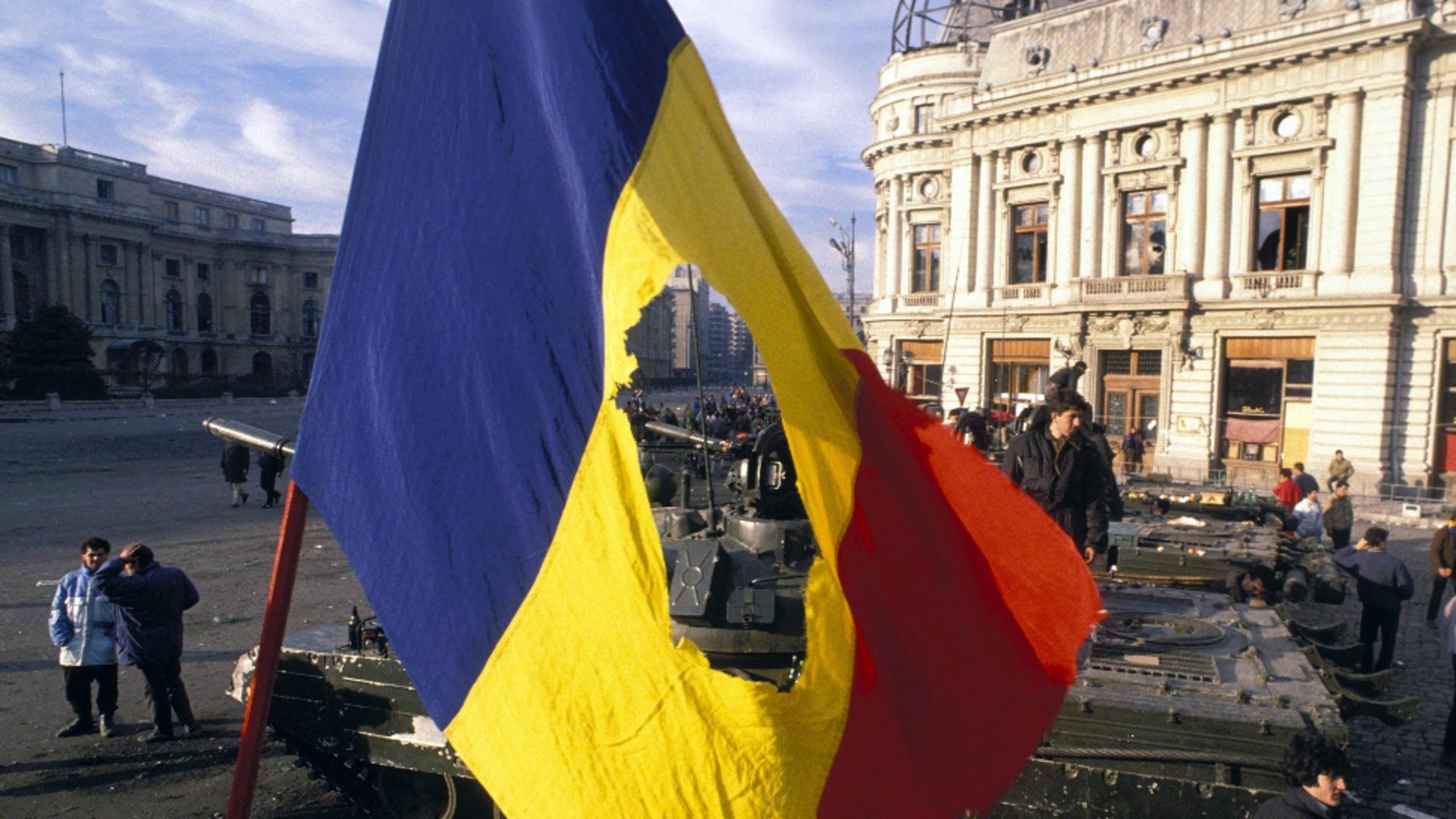 Klaus Iohannis a semnat decretele pentru retragerea a 30 de titluri de la falși revoluționari
