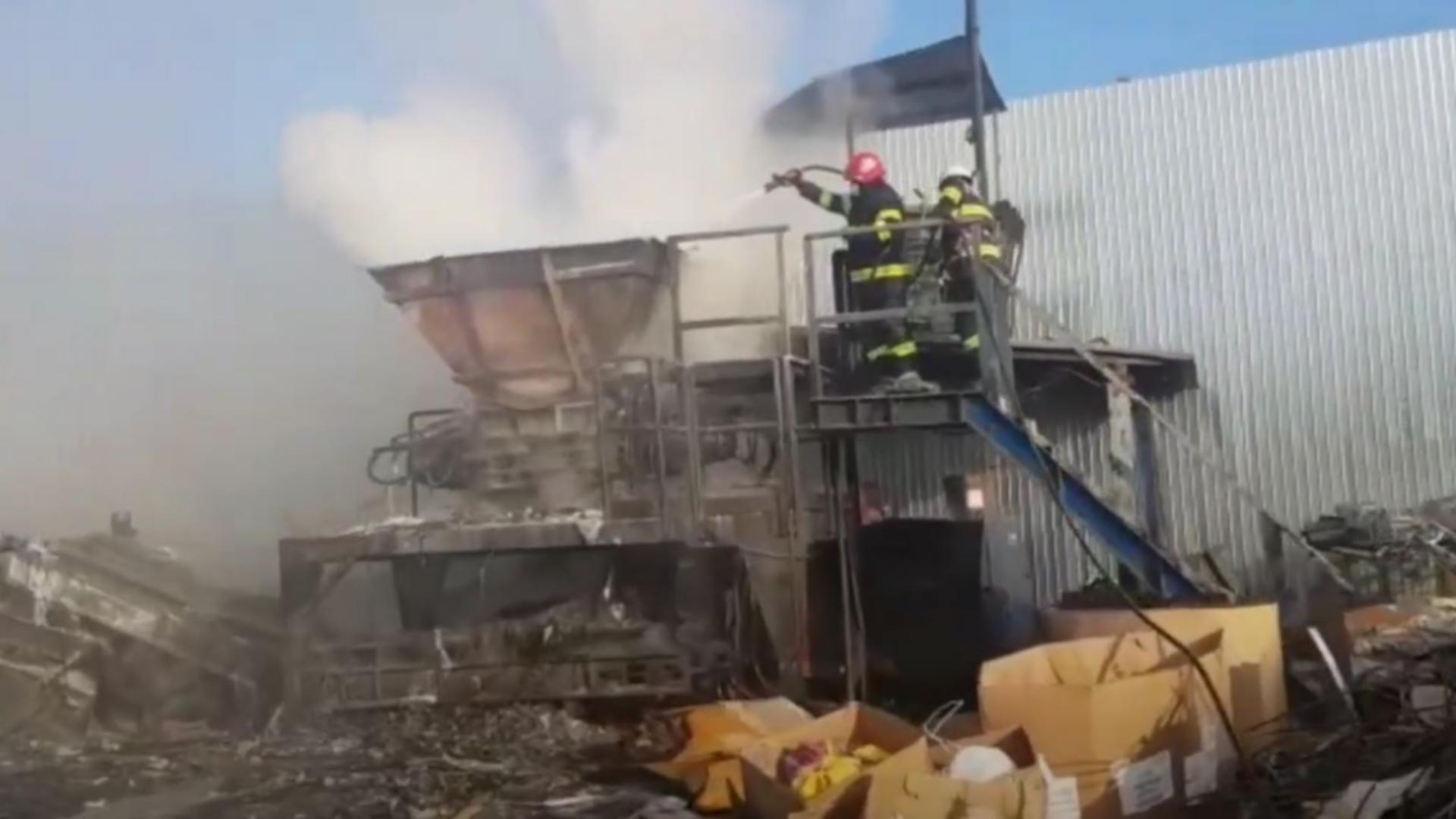 Un centru de reciclare a luat foc în orașul Slatina. Foto/Captură video