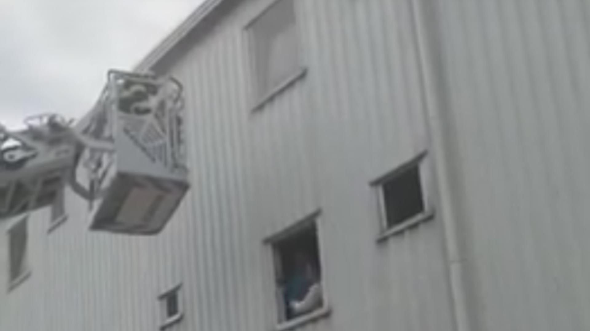 Incendiu în Constanța, oameni evacuați cu scara mobilă