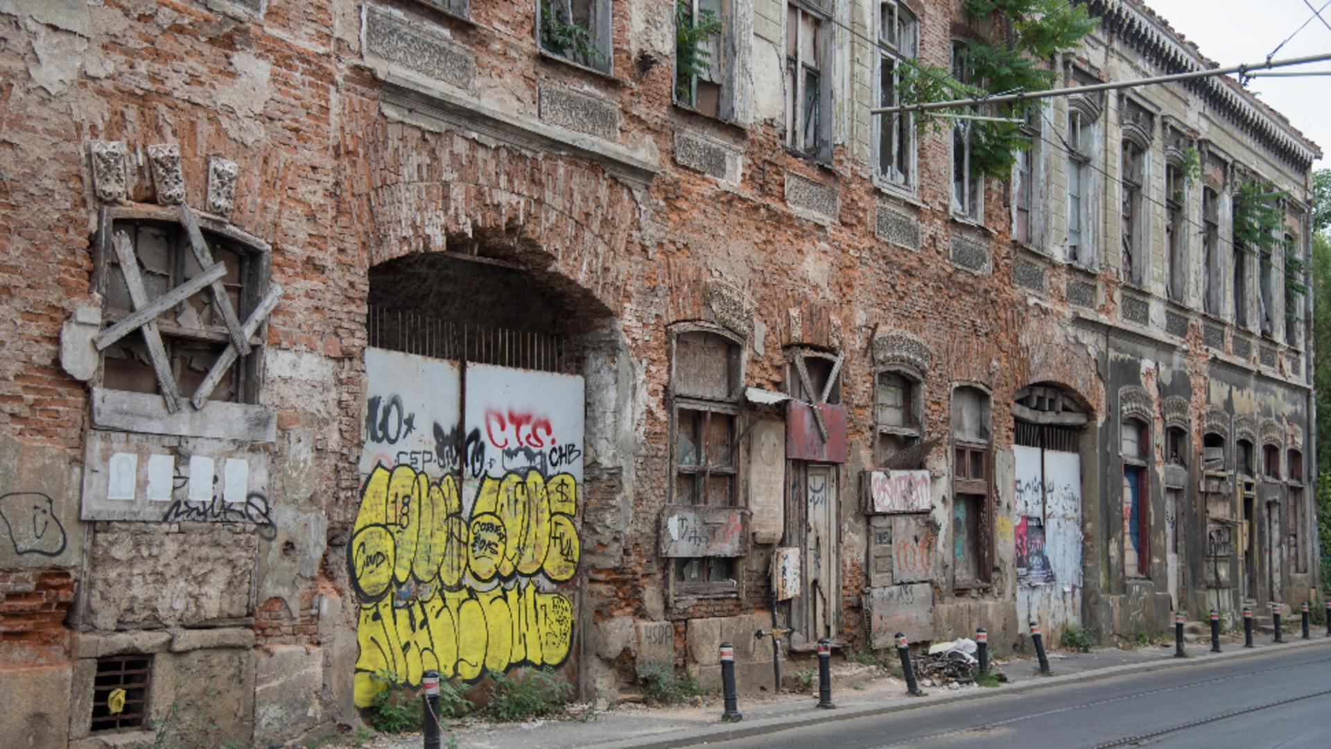 Bucureștiul este plin de clădiri degradate, care stau să cadă în orice moment / Foto: Inquam Photos