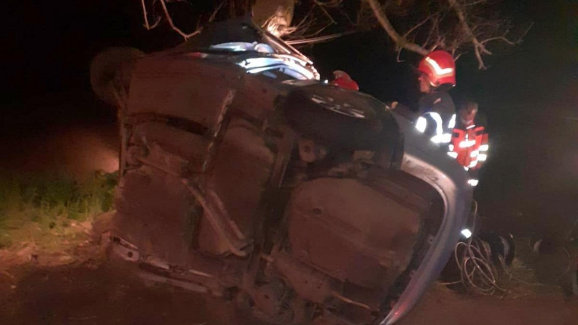Cei 5 pasageri au rămas prinși între resturile autoturismului