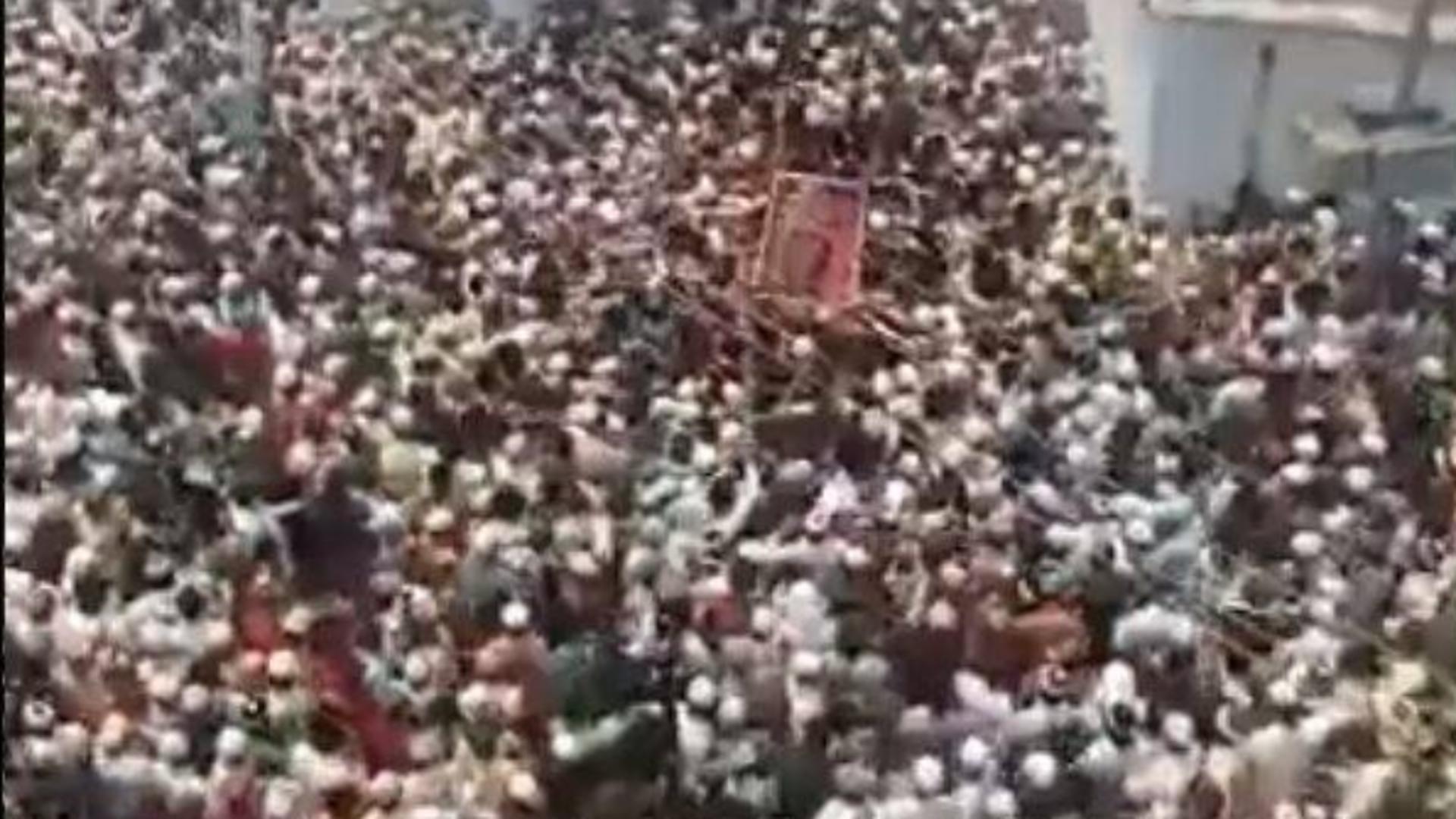 Funeralii cu peste 10.000 de persoane în India - Reguli sanitare, ignorate în țara decimată de pandemia de COVID-19 Foto: Twitter.com