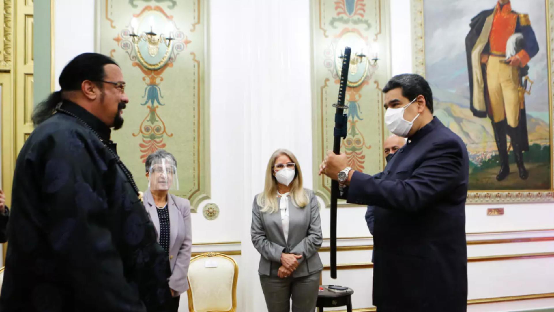 Preşedintelui venezuelean Nicolas Maduro primește sabia de la actorul american Steven Seagal