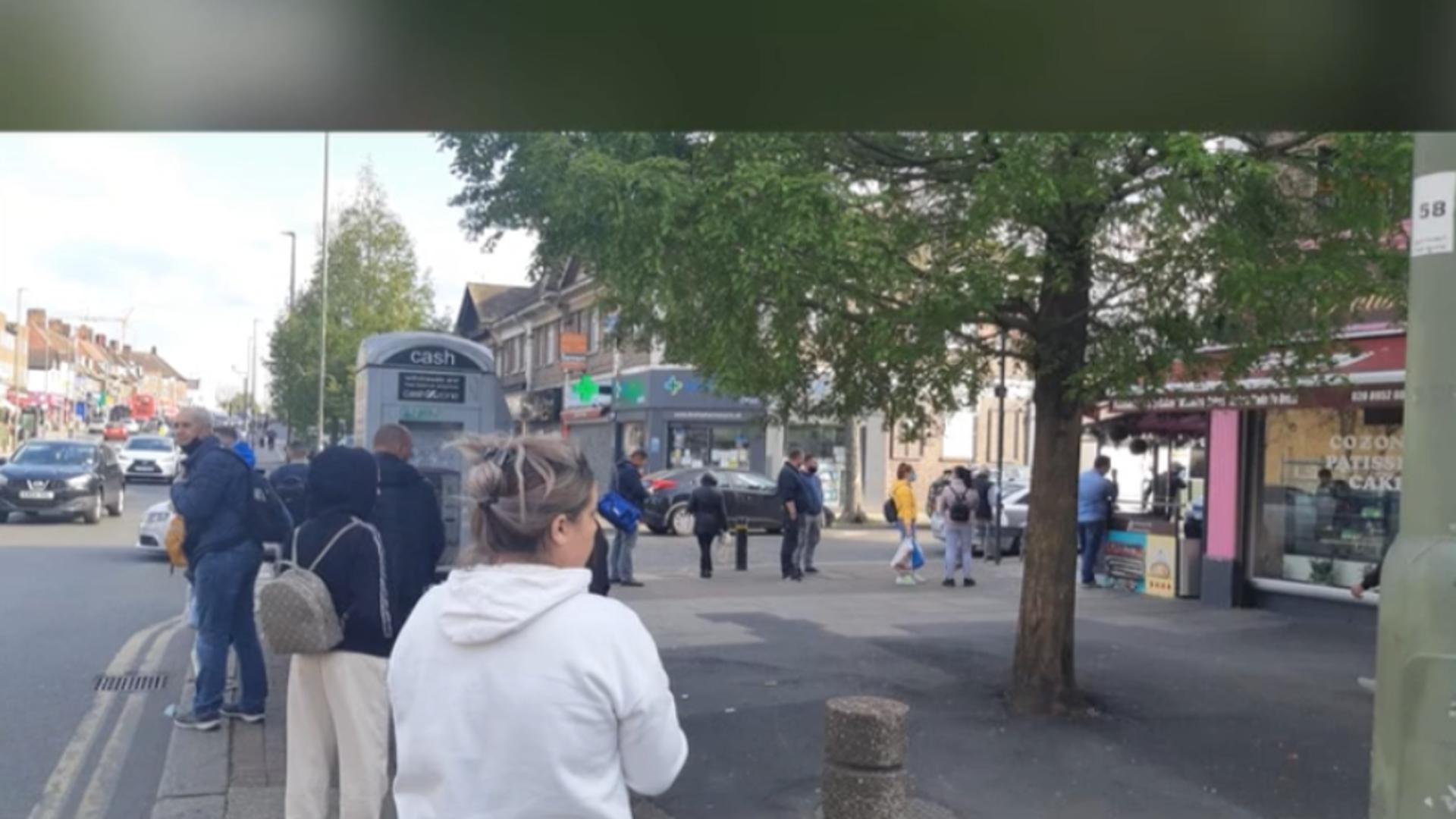 Români la coadă, la Londra