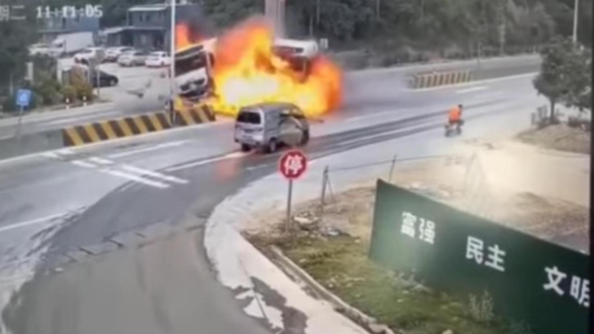 Accident cumplit China - camioane in flăcări