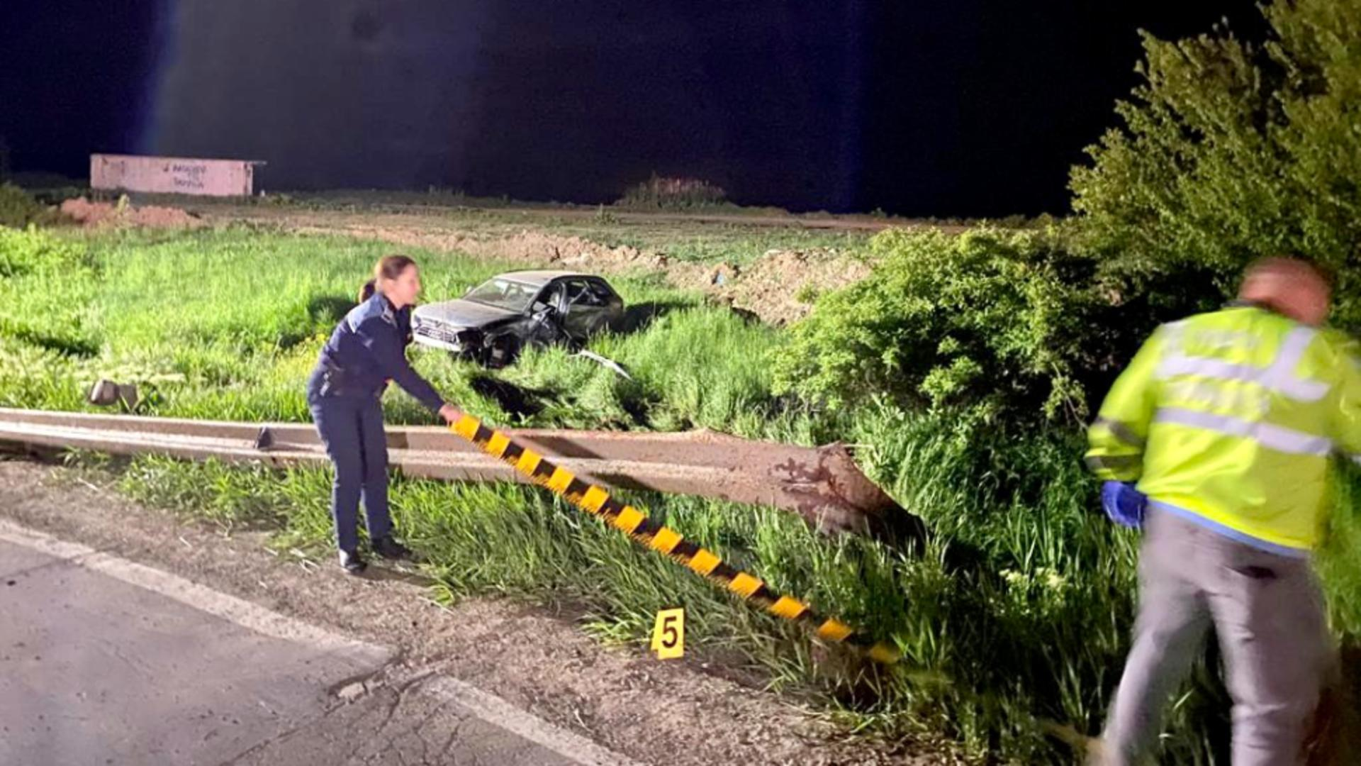 Cinci tineri din judeţul Botoşani sunt în stare gravă după ce maşina în care se aflau a căzut într-o râpă. Foto/ISU
