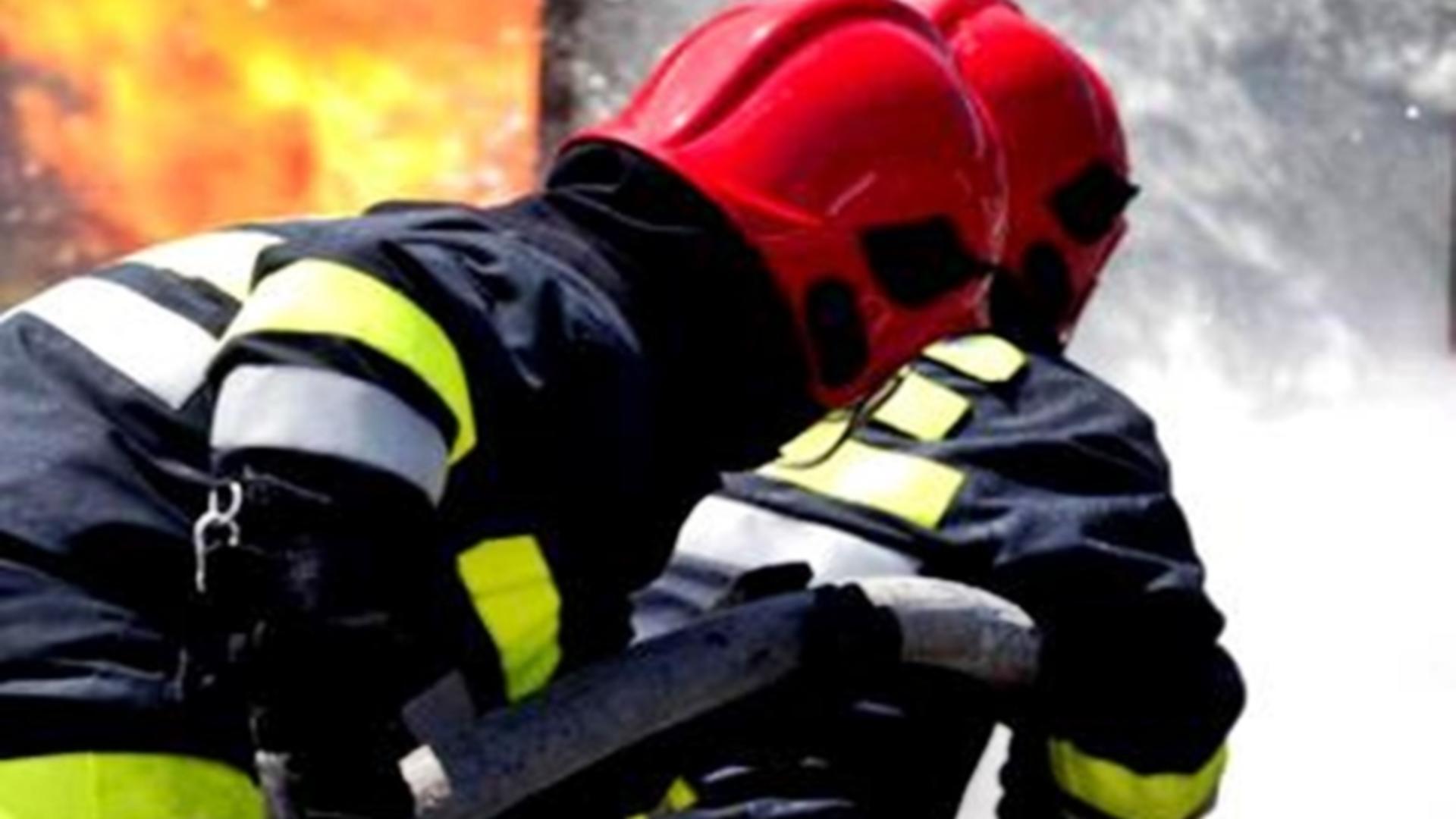 Intervenție pompieri incendiu mașini