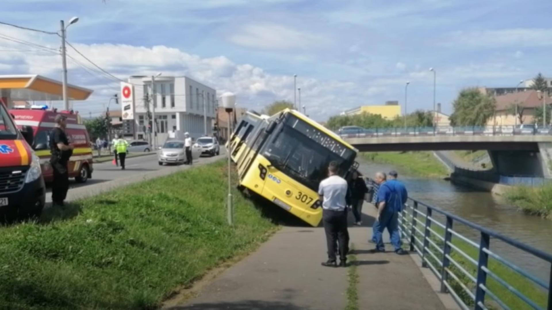 Un șofer de autobuz din Sibiu a leșinat la volan și a intrat în malul Cibinului. Foto/ISU