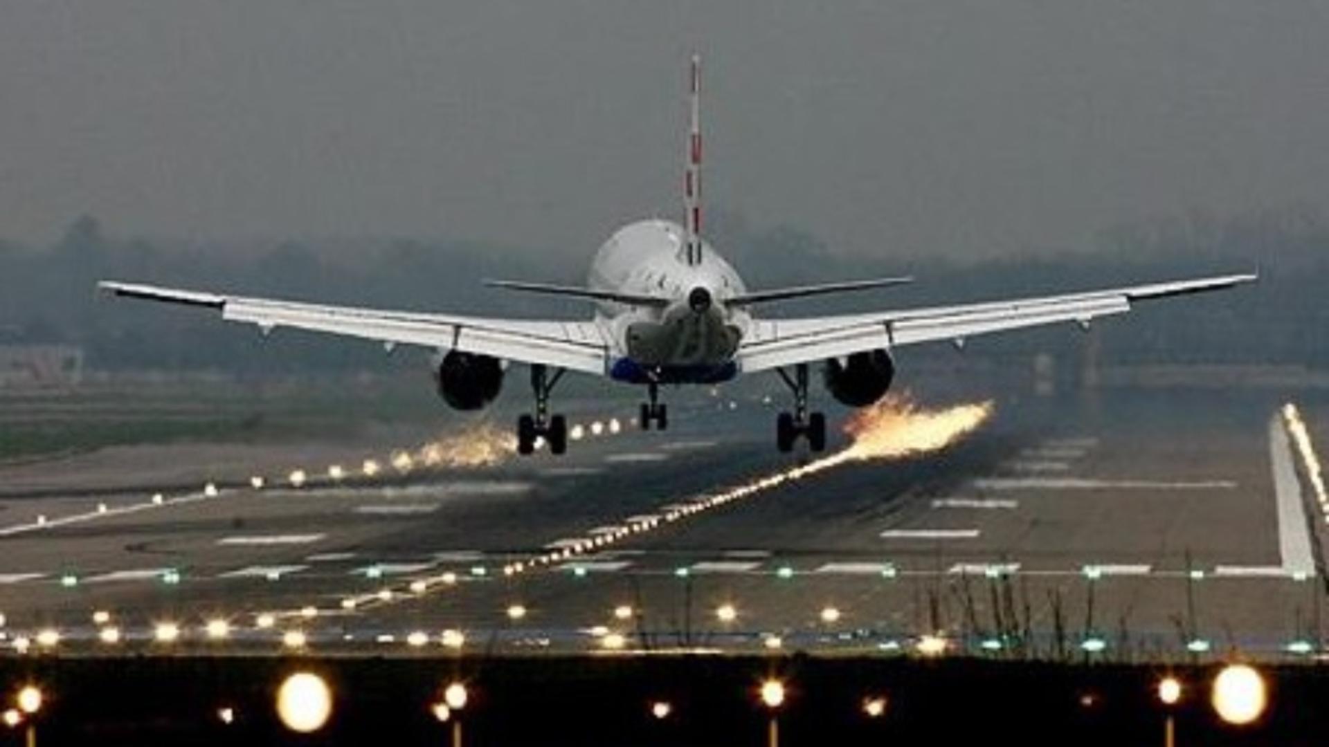 Un avion a fost evacuat după ce la bordul acestuia s-a simțit un miros puternic de kerosen / Foto: Arhivă