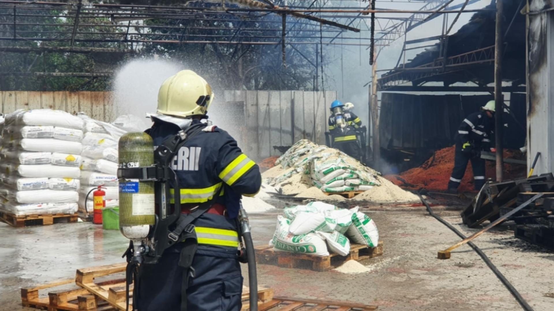 Depozit de azot, la un pas de explozie din cauza unui incendiu. Foto/ISU