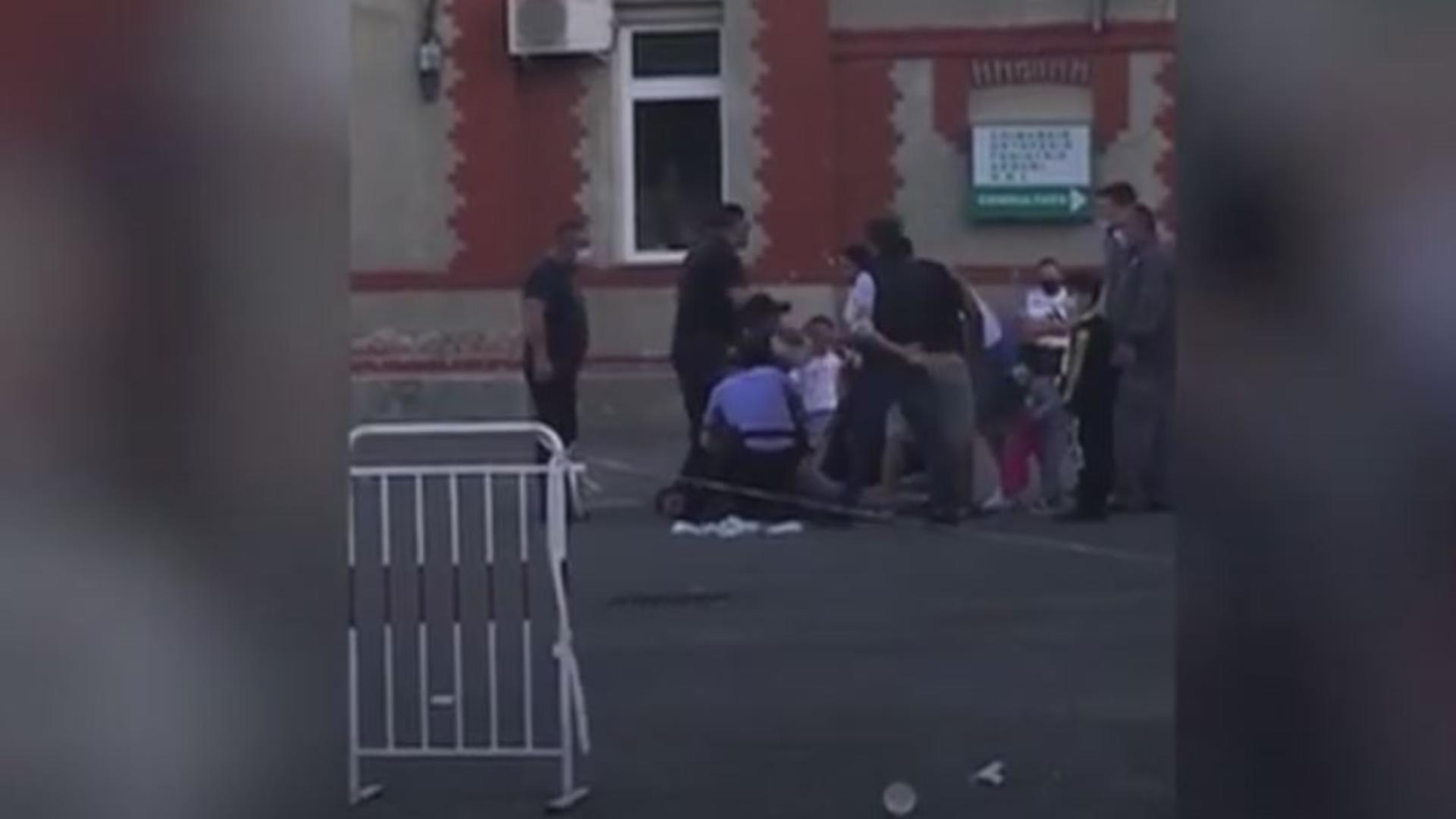 Bărbat încătușat de poliție după ce a agresat un medic de gardă.Foto/Captură video