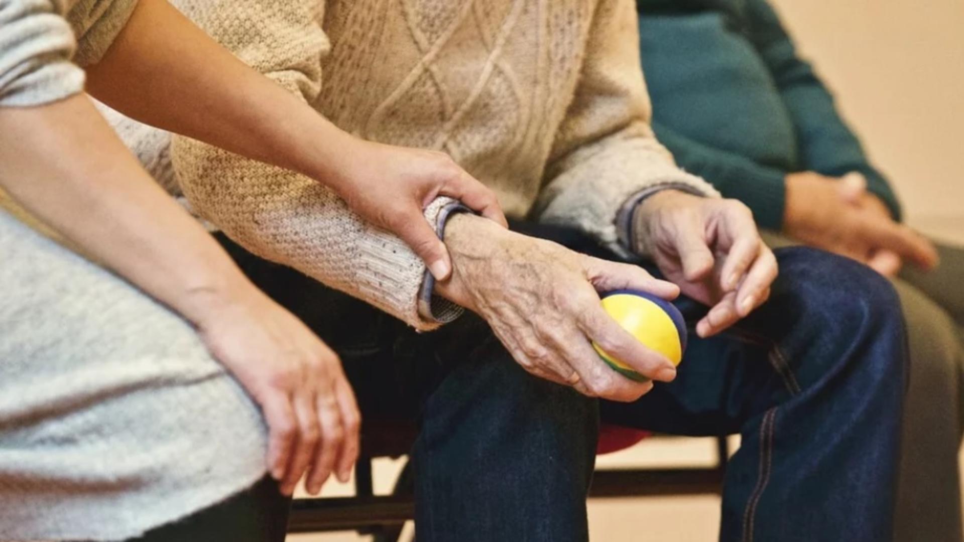 O femeie din Capitală i-a pus somnifere în băutură unui pensionar