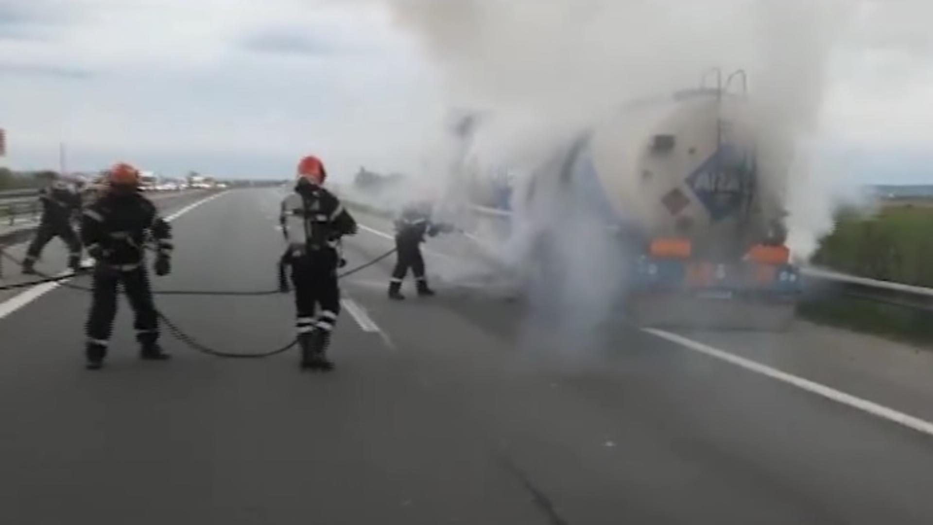 O cisternă încărcată cu 30 de tone de carburant a fost cuprinsă de flăcări