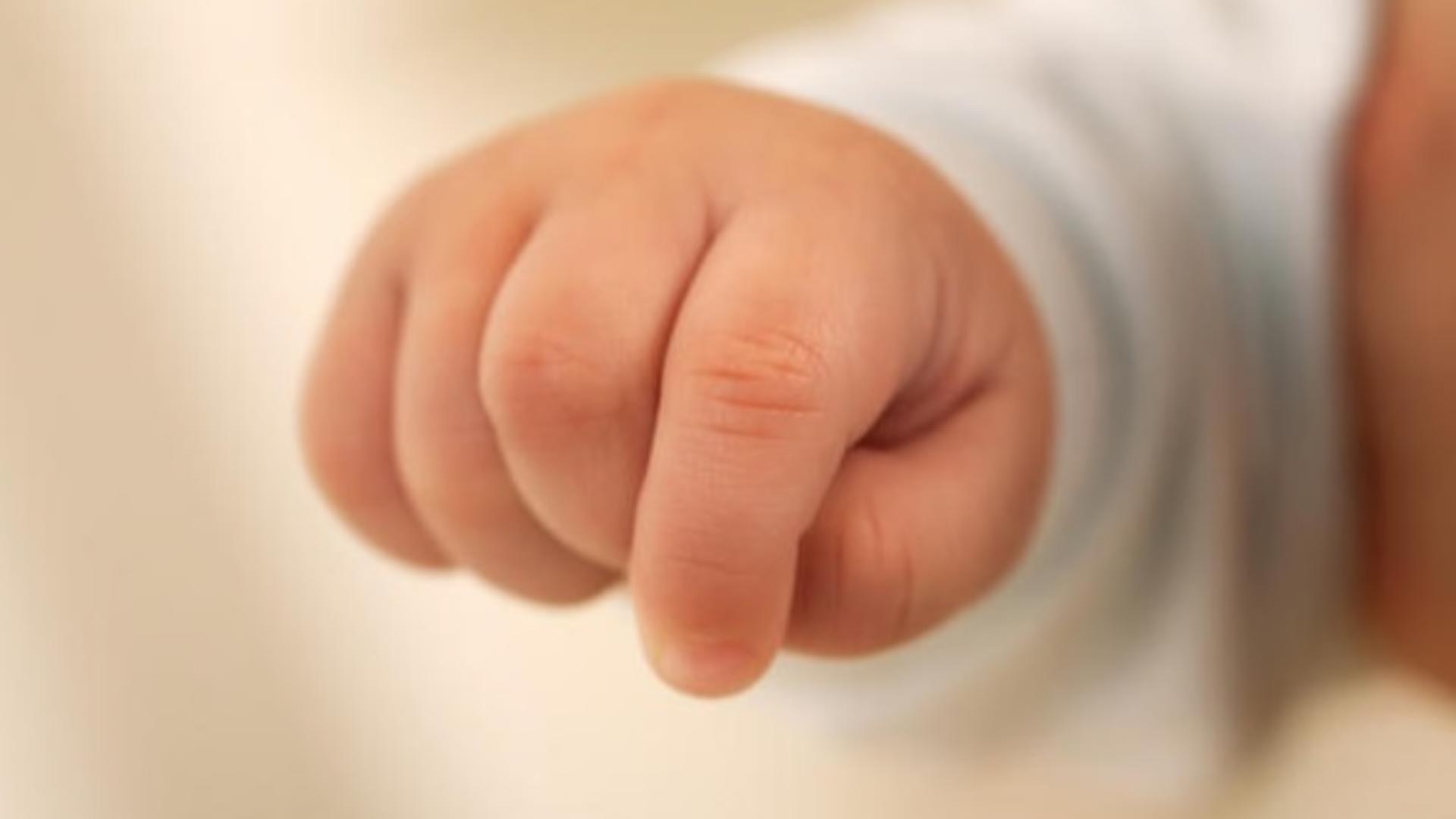 Bebeluşul are traumatisme grave la nivelul cutiei craniene