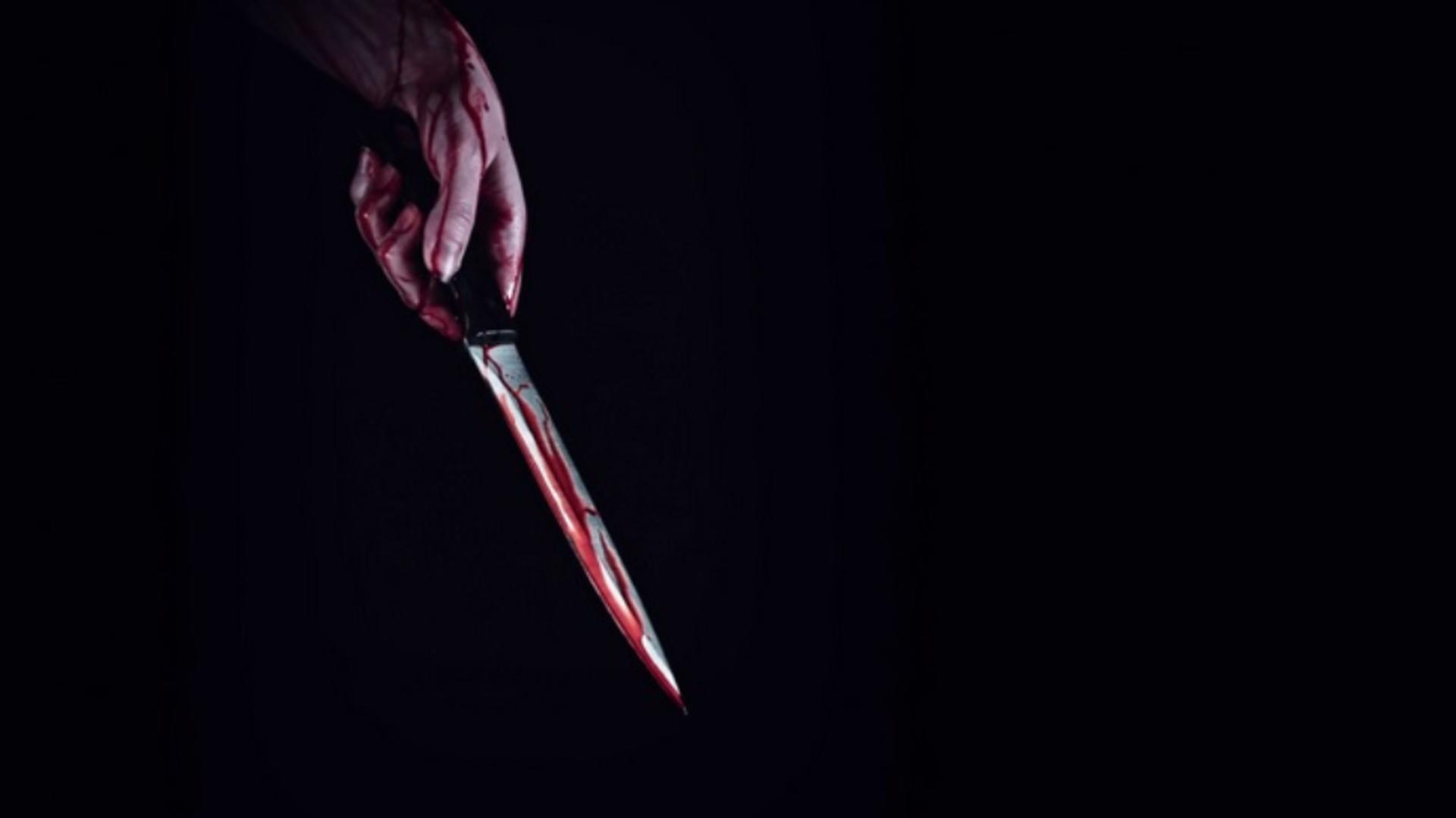 O femeie în vârstă de 40 de ani și-a înjunghiat fetița