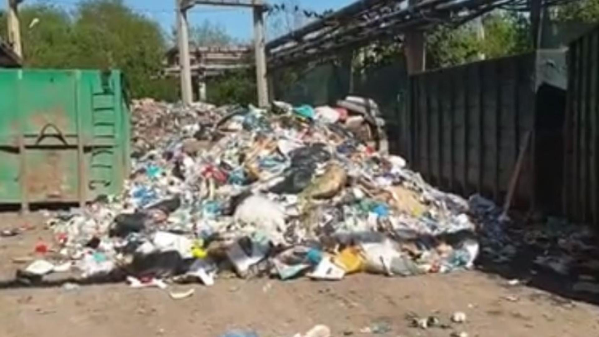 Tone de deșeuri depozitate în curtea companiei Nitramonia Făgăraș. Foto/Captură video