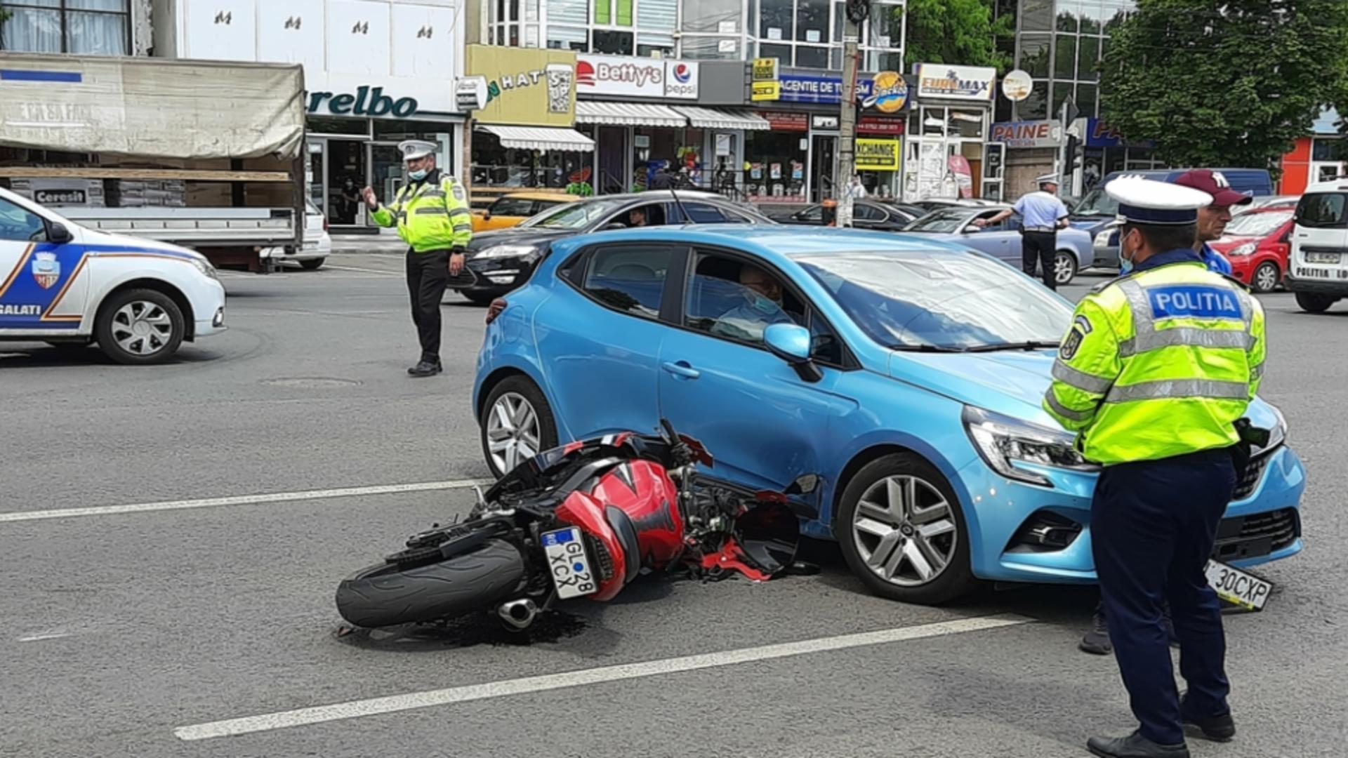 Un motociclist a fost grav rănit în urma impactului cu un autoturism. Foto/poliția