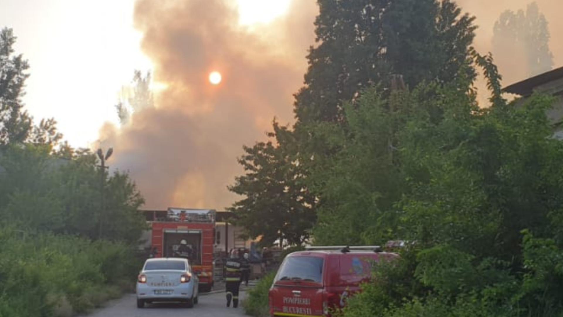 INCENDIU violent la un depozit în București! Pompierii intervin de urgență