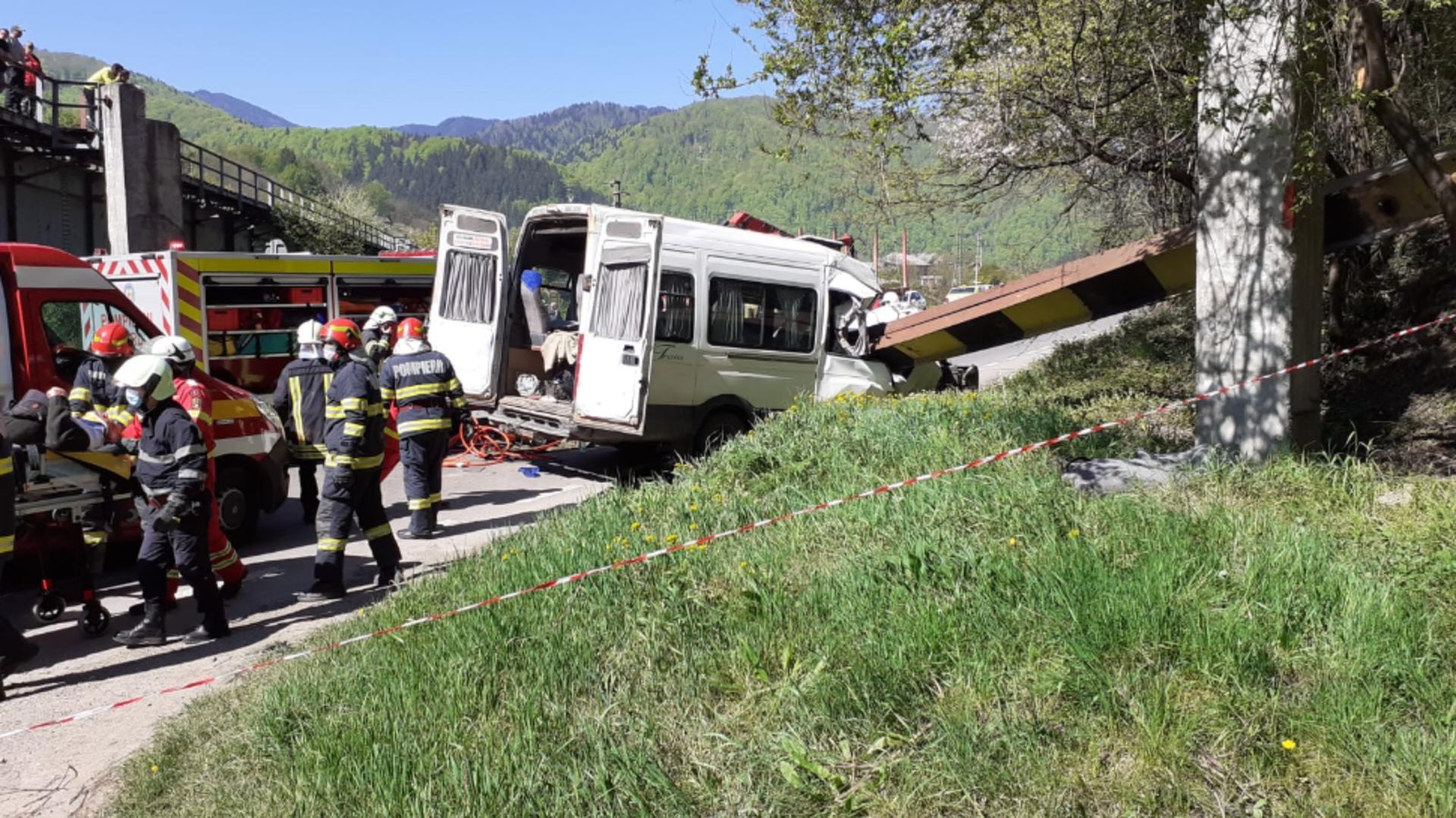 Bucăți dintr-un pod de tren au căzut peste un microbuz. Foto/ISU Neamț