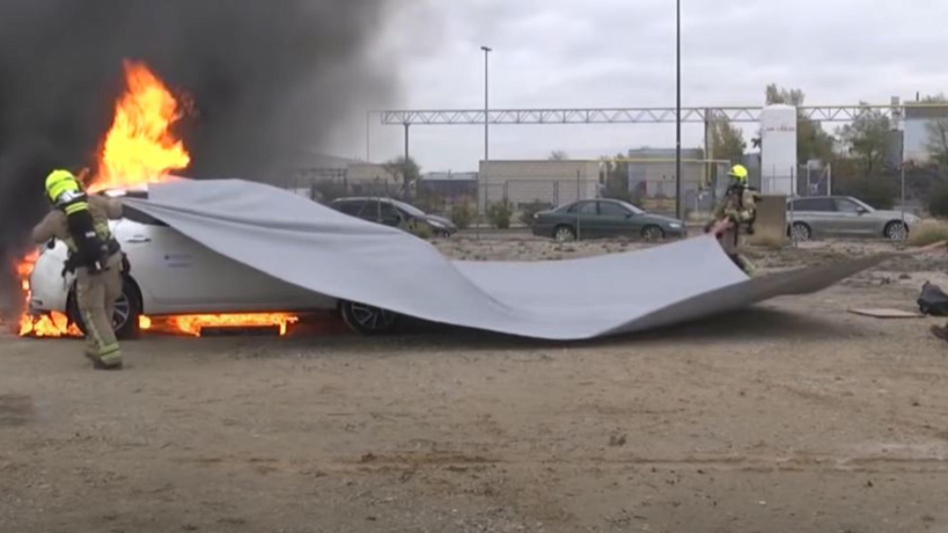 Pătura antiincendiu, ultima invenție în materie de stingere a mașinilor care au luat foc. Foto/Captură video.