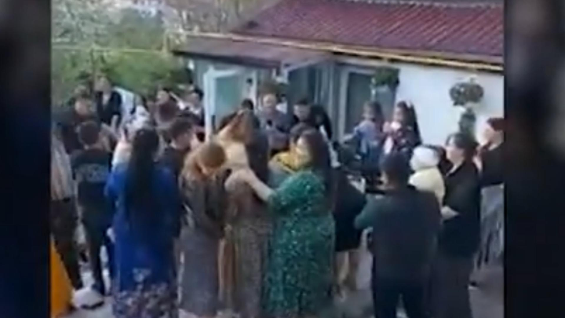 Petrecere întreruptă de polițiști după ce a fost transmisă online