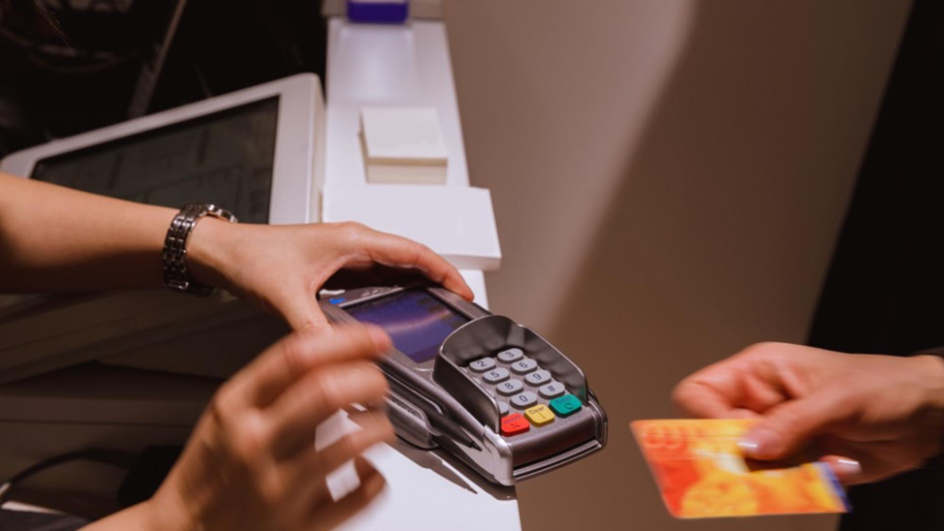 Numărul de carduri bancare din România se apropie de cel al populației. Foto arhivă