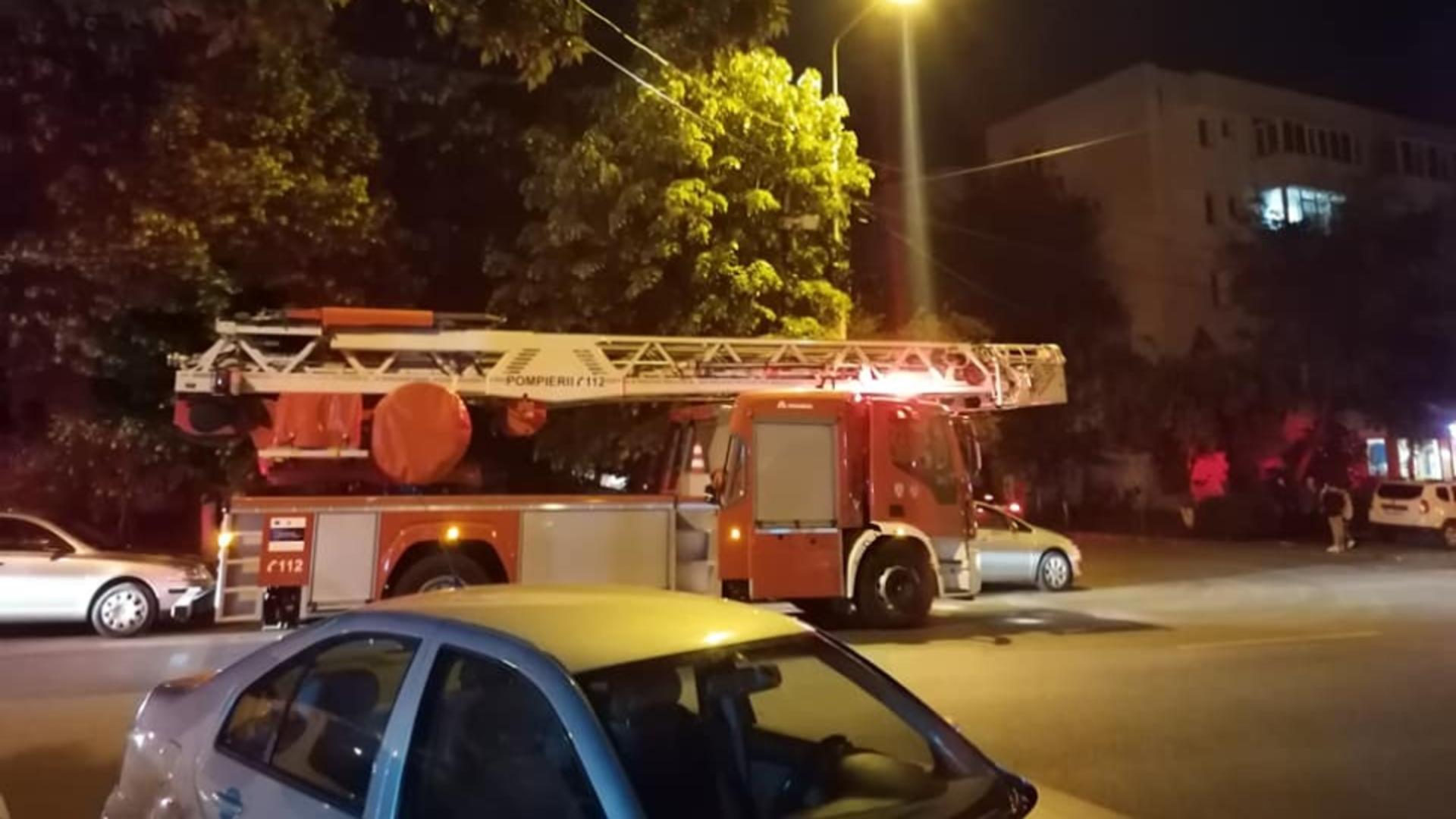 Pompierii, ținuți în alertă de un bărbat care amenința că aruncă blocul în aer. Foto/Captură video