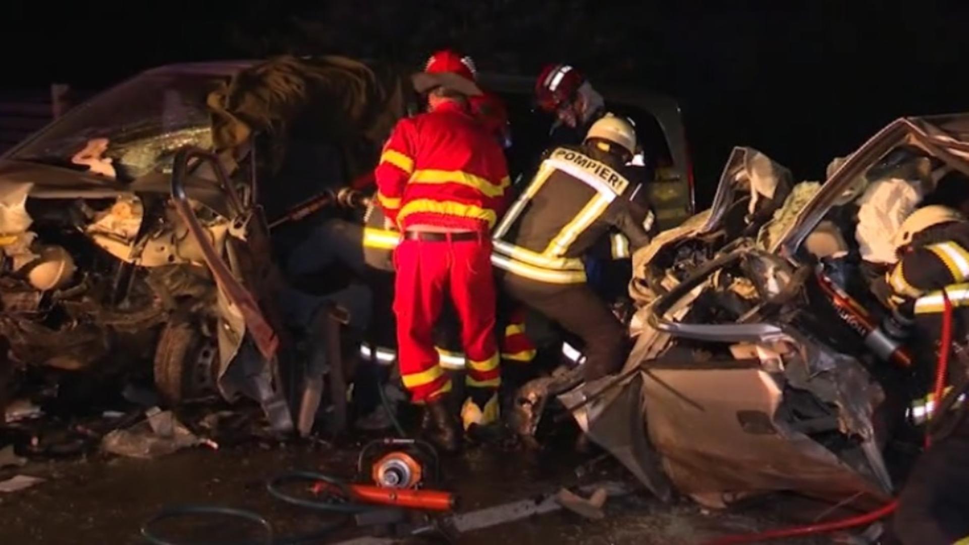 Trei persoane au ajuns la spital, după ce două maşini s-au ciocnit frontal