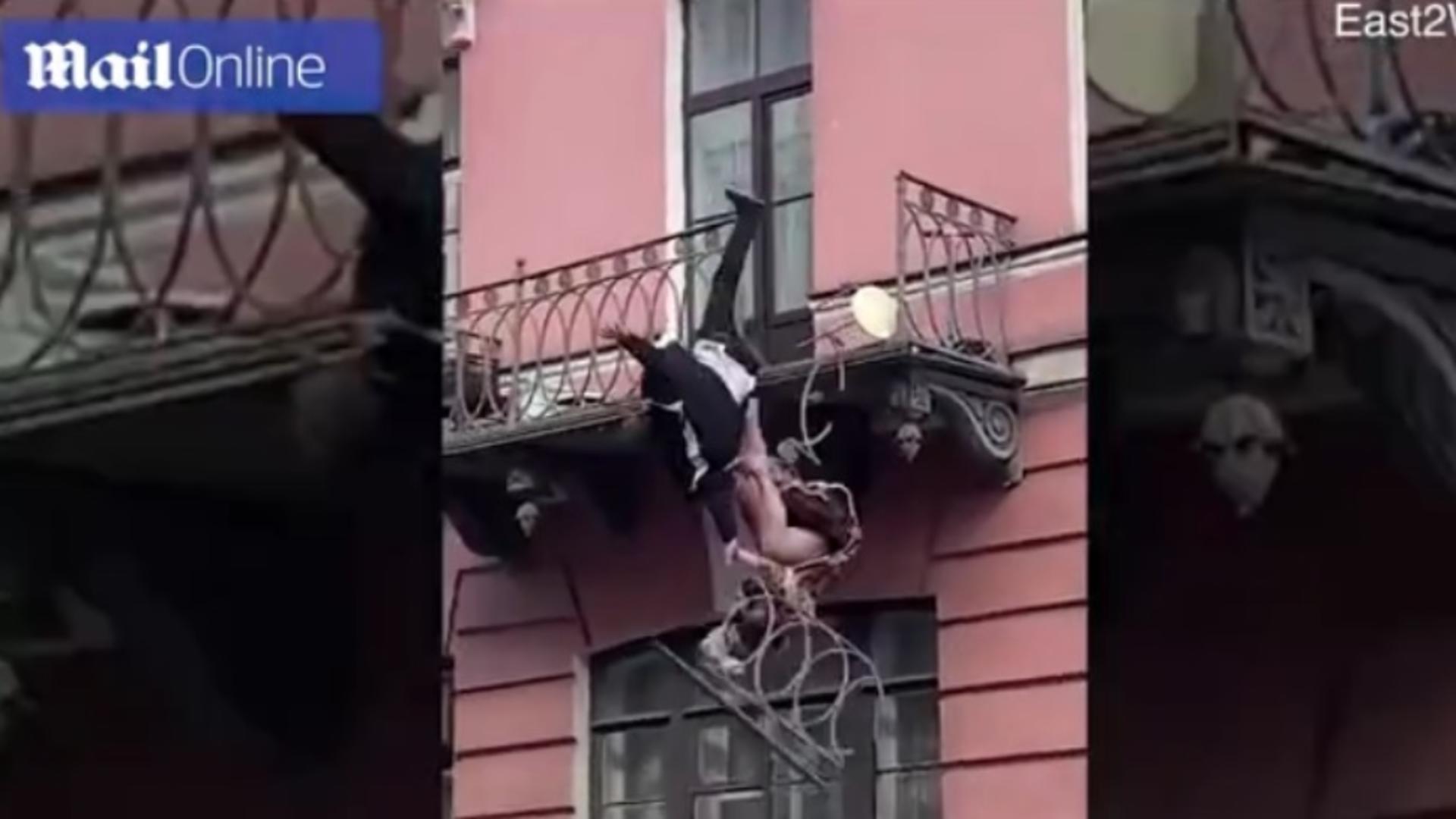Doi tineri de 35 de ani au scăpat ca prin urechile acului după ce au căzut de la balcon