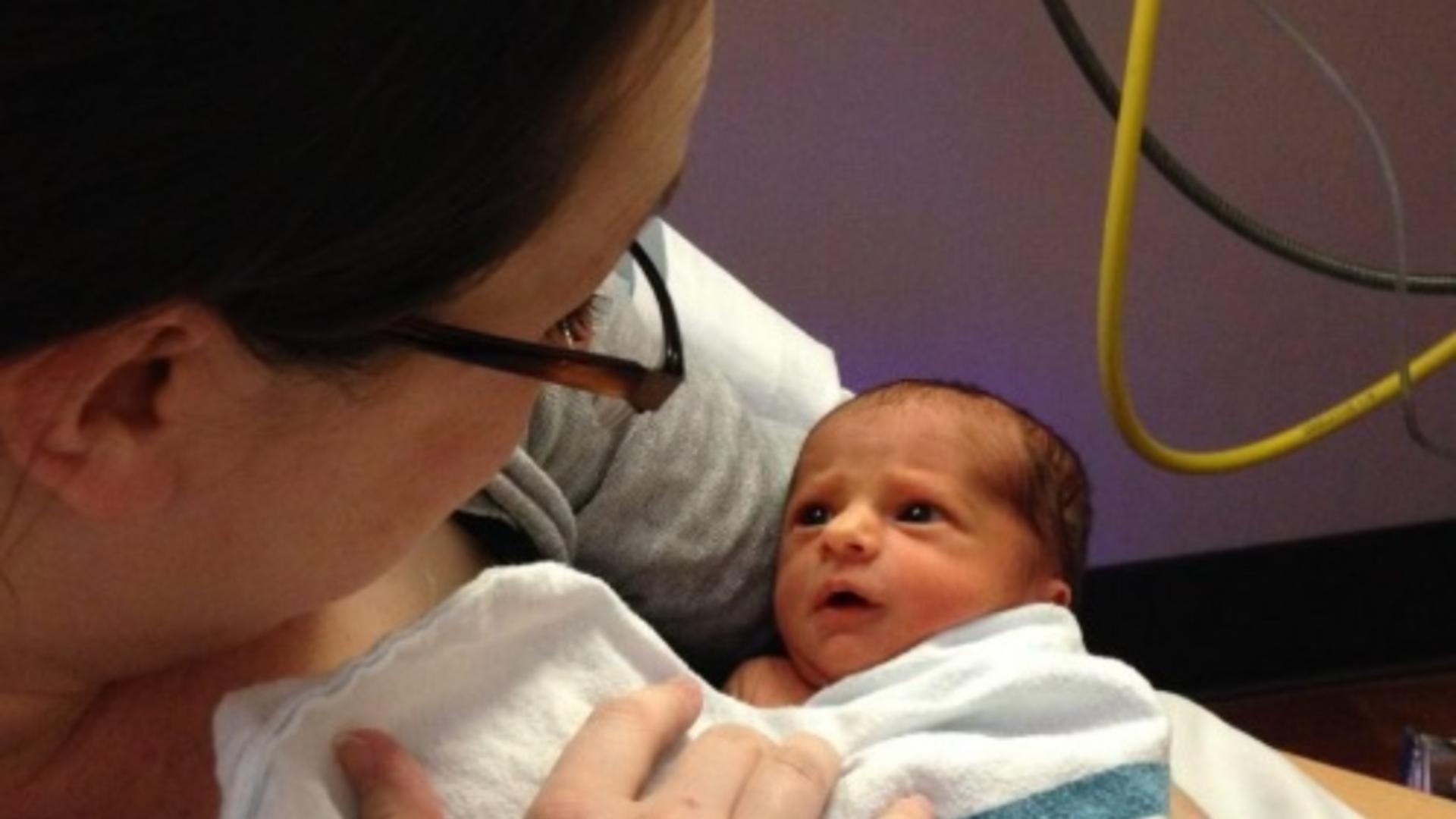 După 34 de săptămâni de sarcină, Casi Rott a născut trei copii de toată frumuseţea!