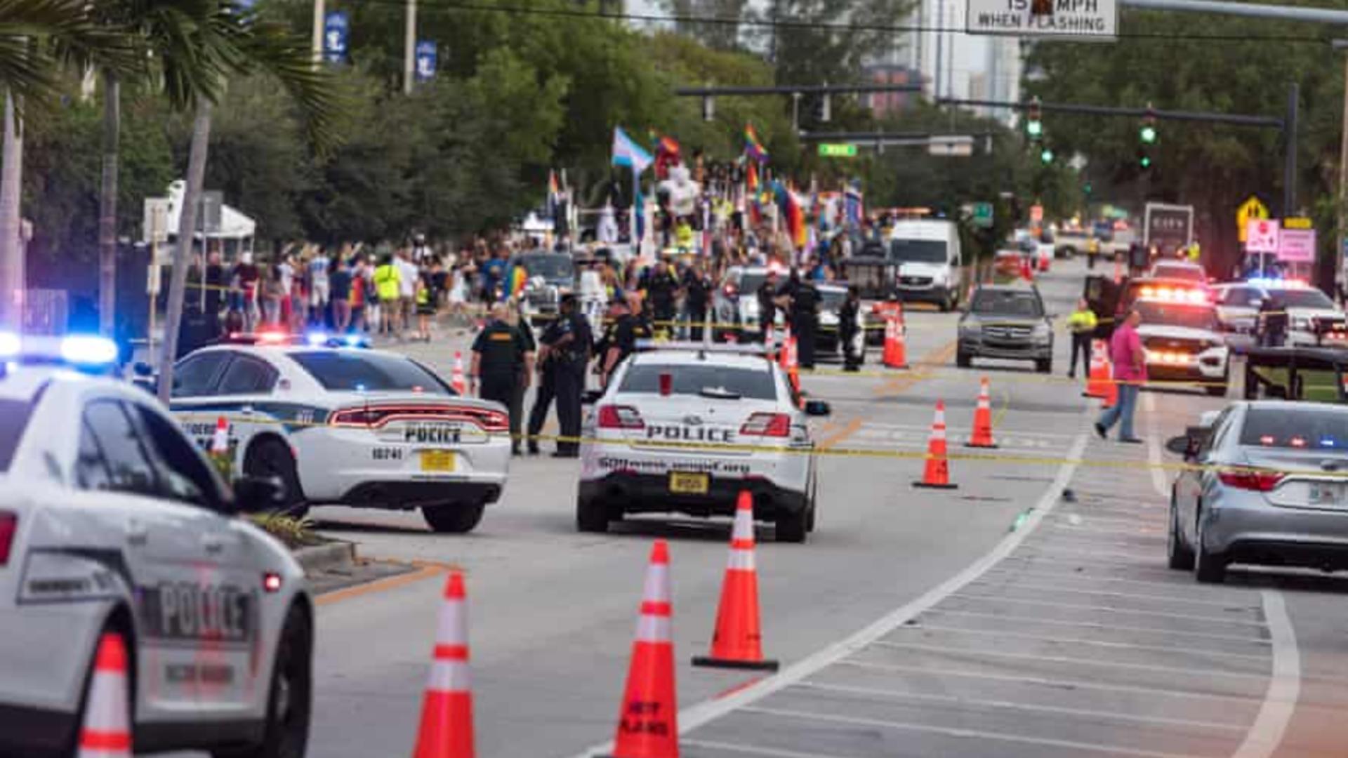 O camionetă a intrat în oameni la o paradă gay din SUA