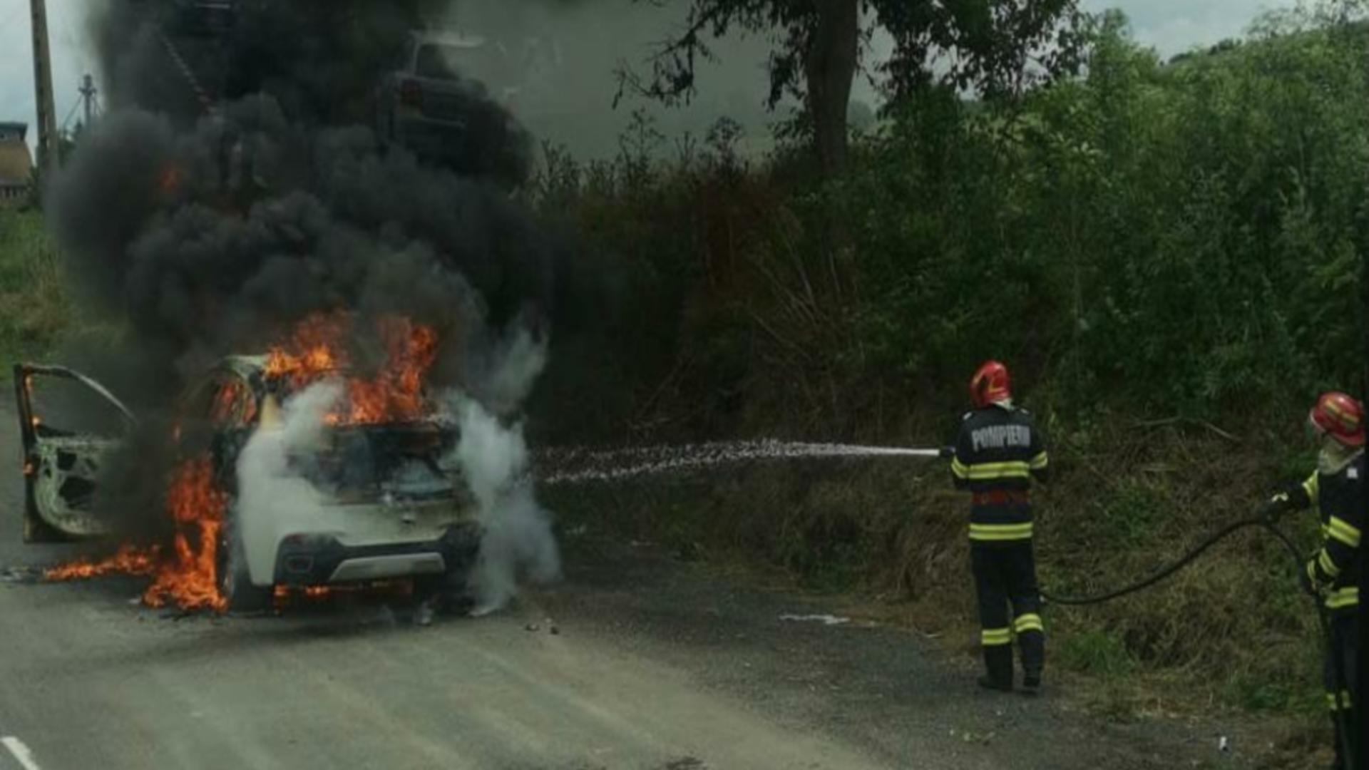 Mașină cuprinsă de flăcări în mers, în jud. Tulcea