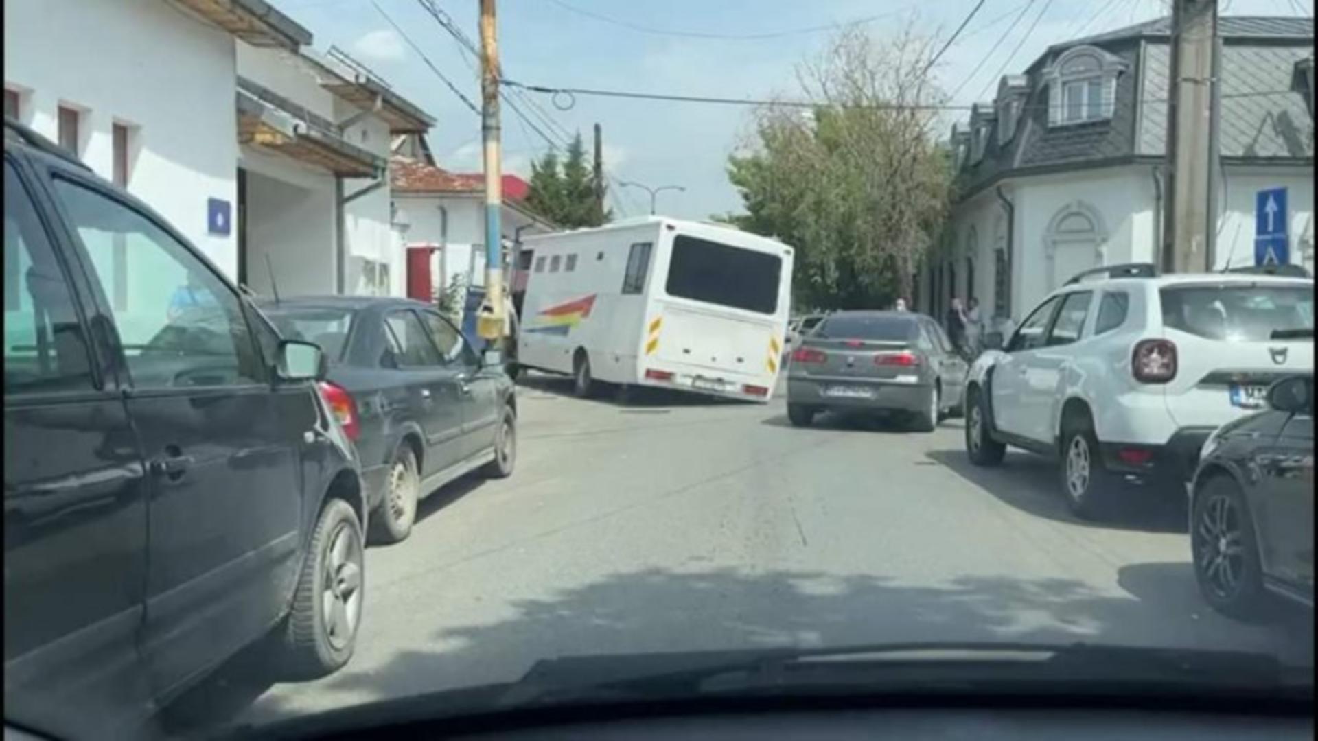 Dubă blocată în asfalt, la Craiova