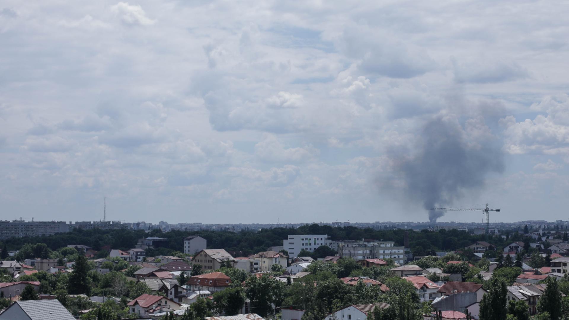 Fum gros din cauza incendiului de la depozitul de mașini vechi din Militari Foto: INQUAM/Octav Ganea și Facebook