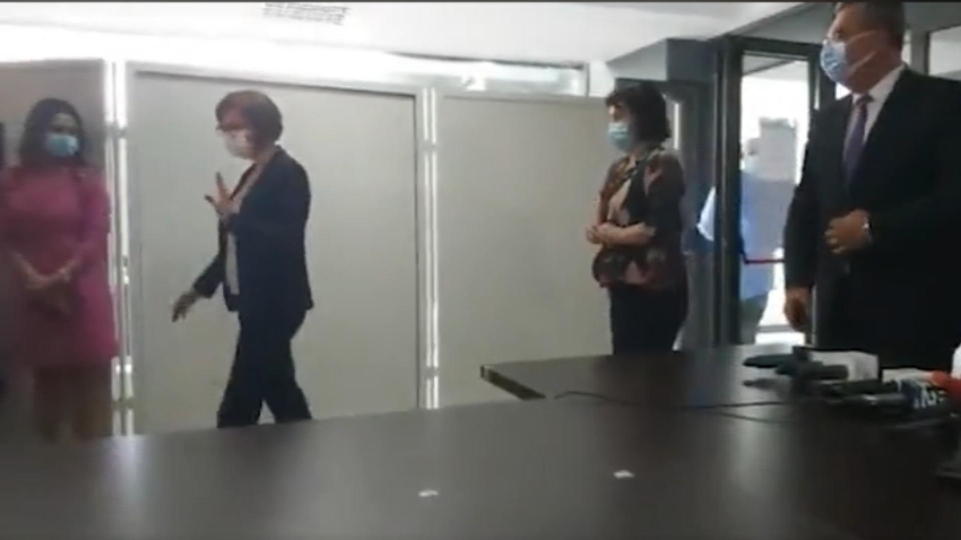 Ioana Mihăilă pleacă de la conferință. Foto: captură Facebook