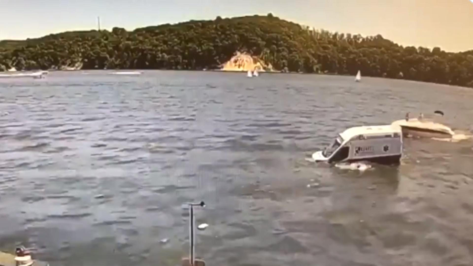 Ambulanță căzută în Golful Irondequoit / Captură foto Twitter