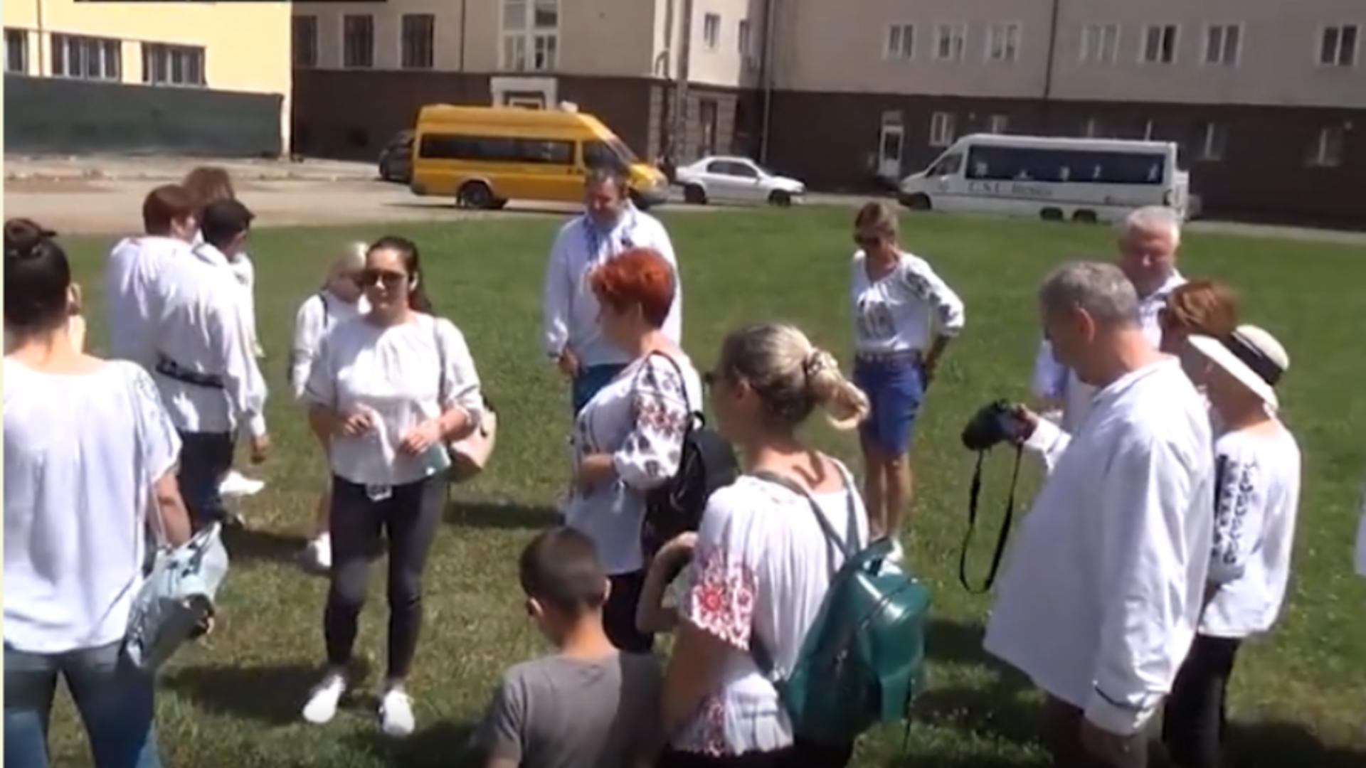 200 de oameni îmbrăcați în ii s-au adunat la Gara Anina