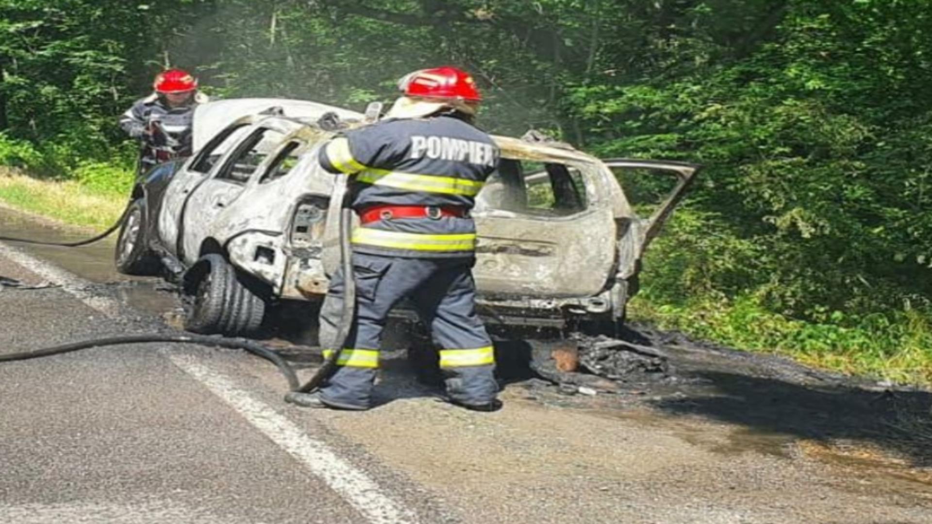 Imagini de COȘMAR lângă Babadag! Mașină în mers, cuprinsă de FLĂCĂRI - Ce au pățit pasagerii