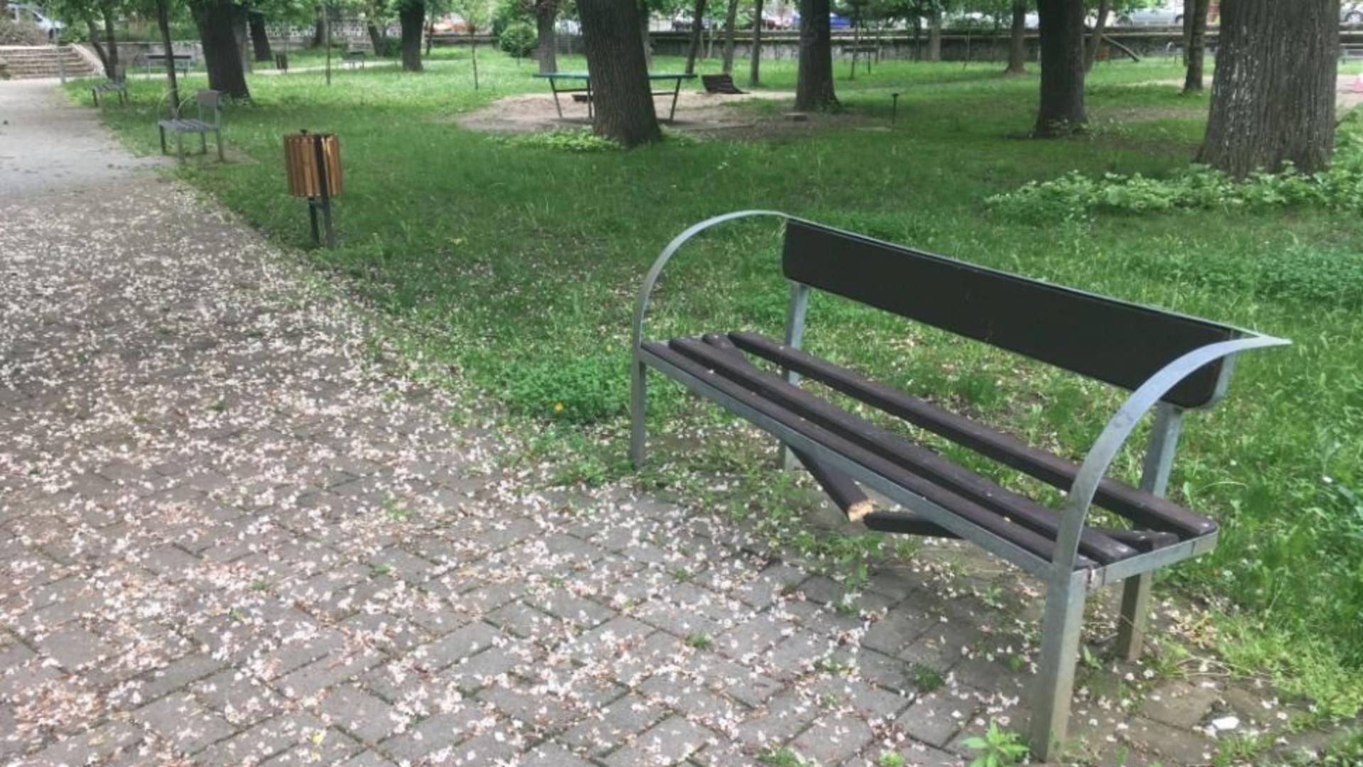 Banca ruptă in parc