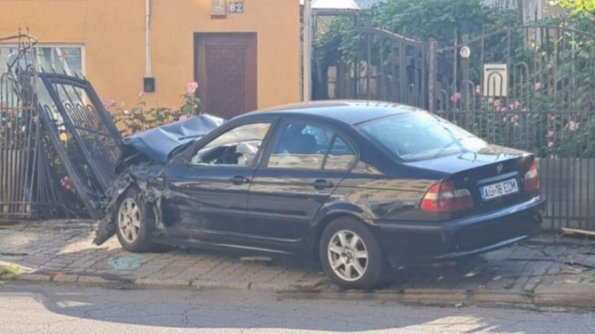 S-a urcat beat la volan, la doar 18 ani, și s-a oprit cu mașina în gardul unei case. Foto/adevarul