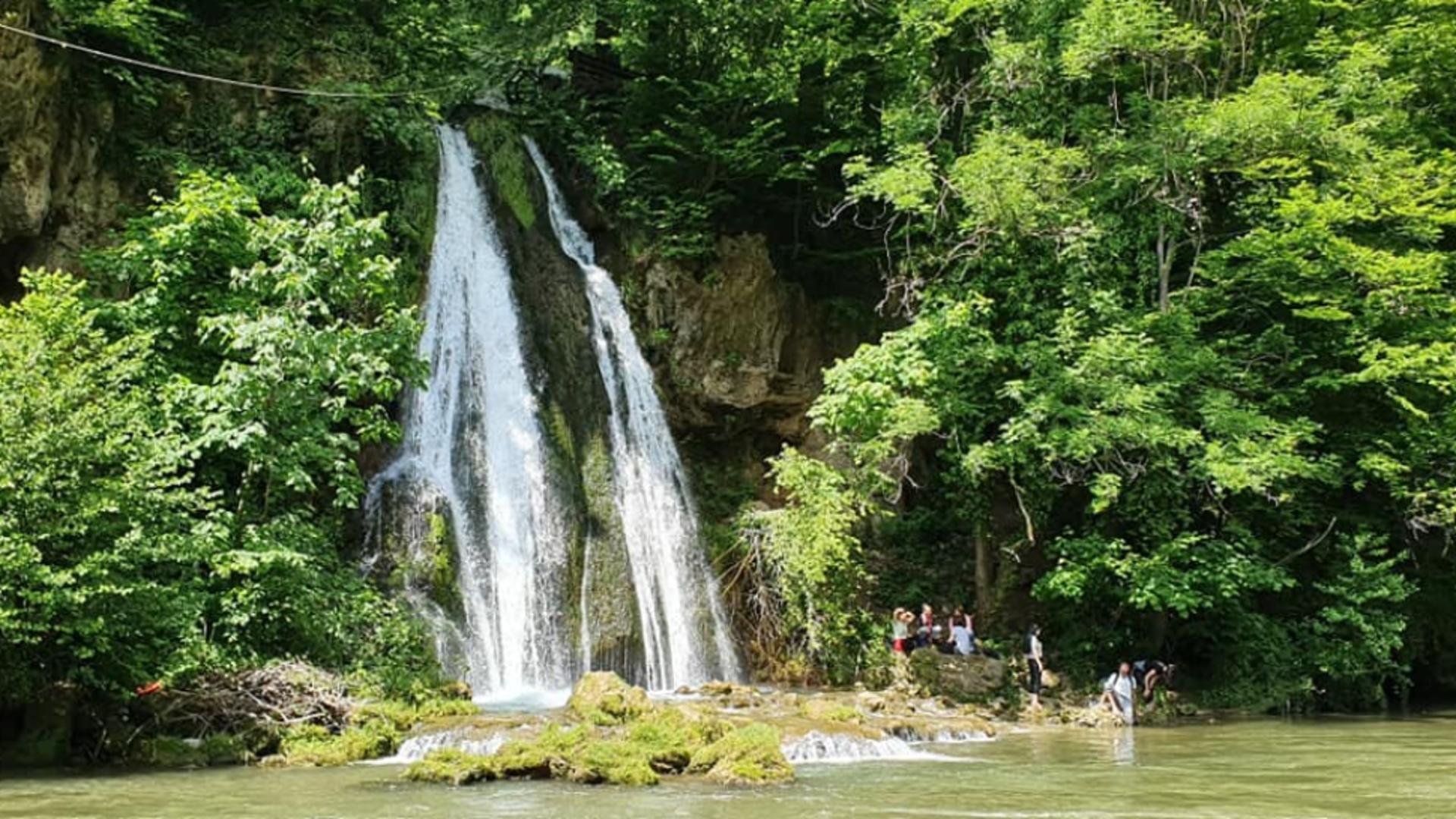 MINUNEA naturală din munții Piatra Craiului ce atrage turiștii după prăbușirea cascadei Bigăr - Imagini SPECTACULOASE de la Vadu Crișului