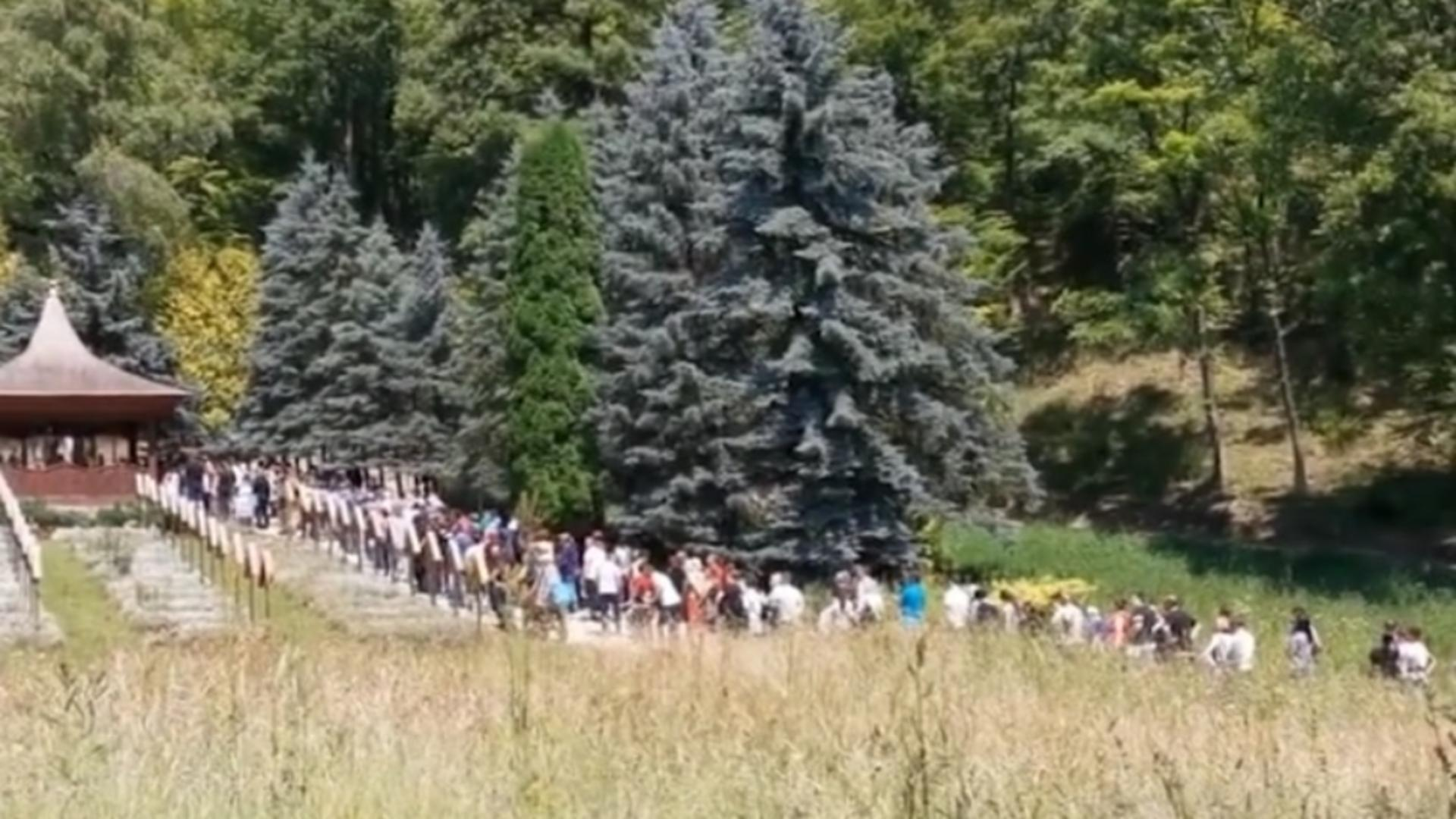 Mii de credincioși s-au strâns la Mănăstirea Prislop