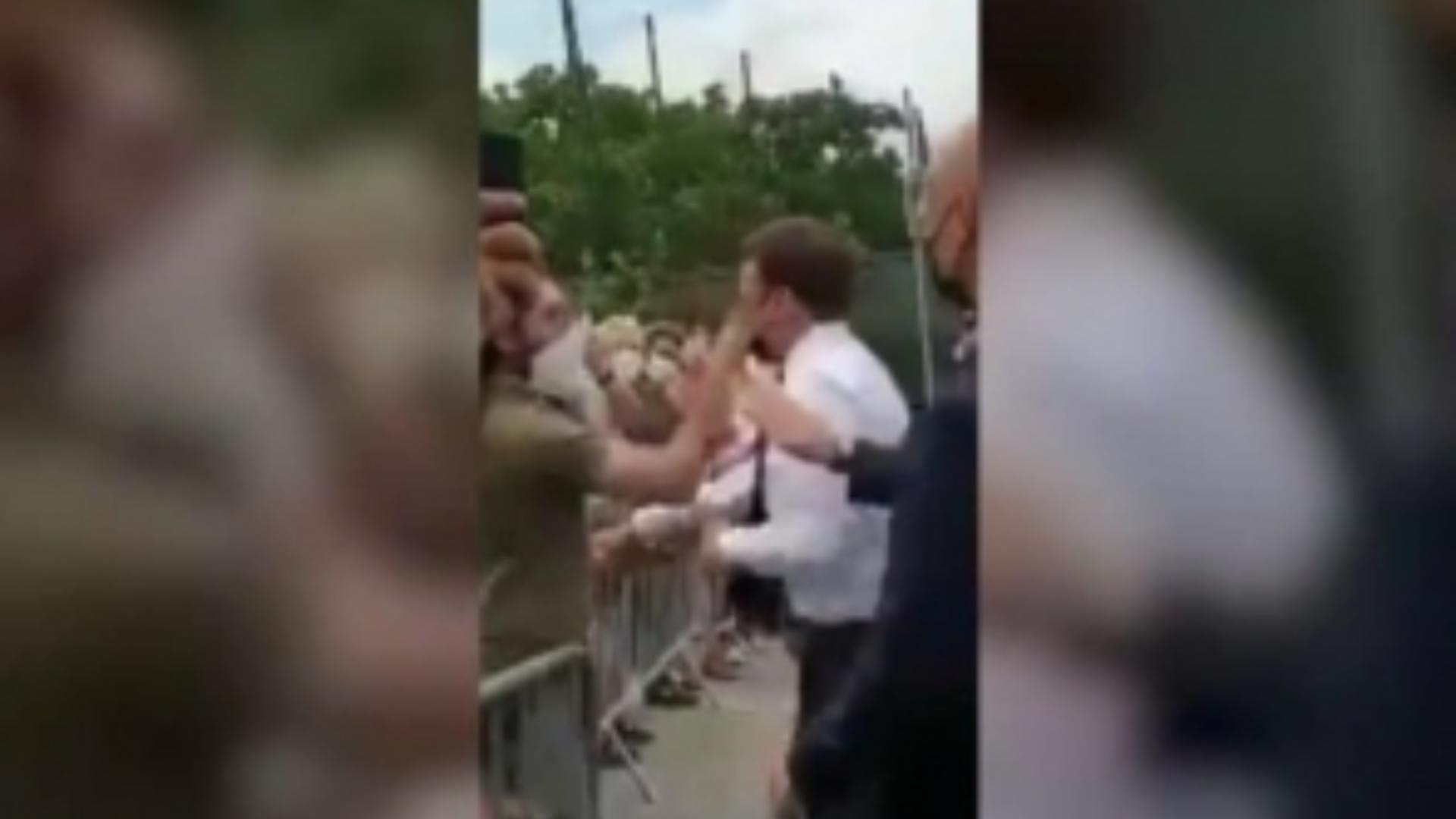Momentul în care Emmaneul Macron este lovit de un bărbat din multime (captura video BFM TV)