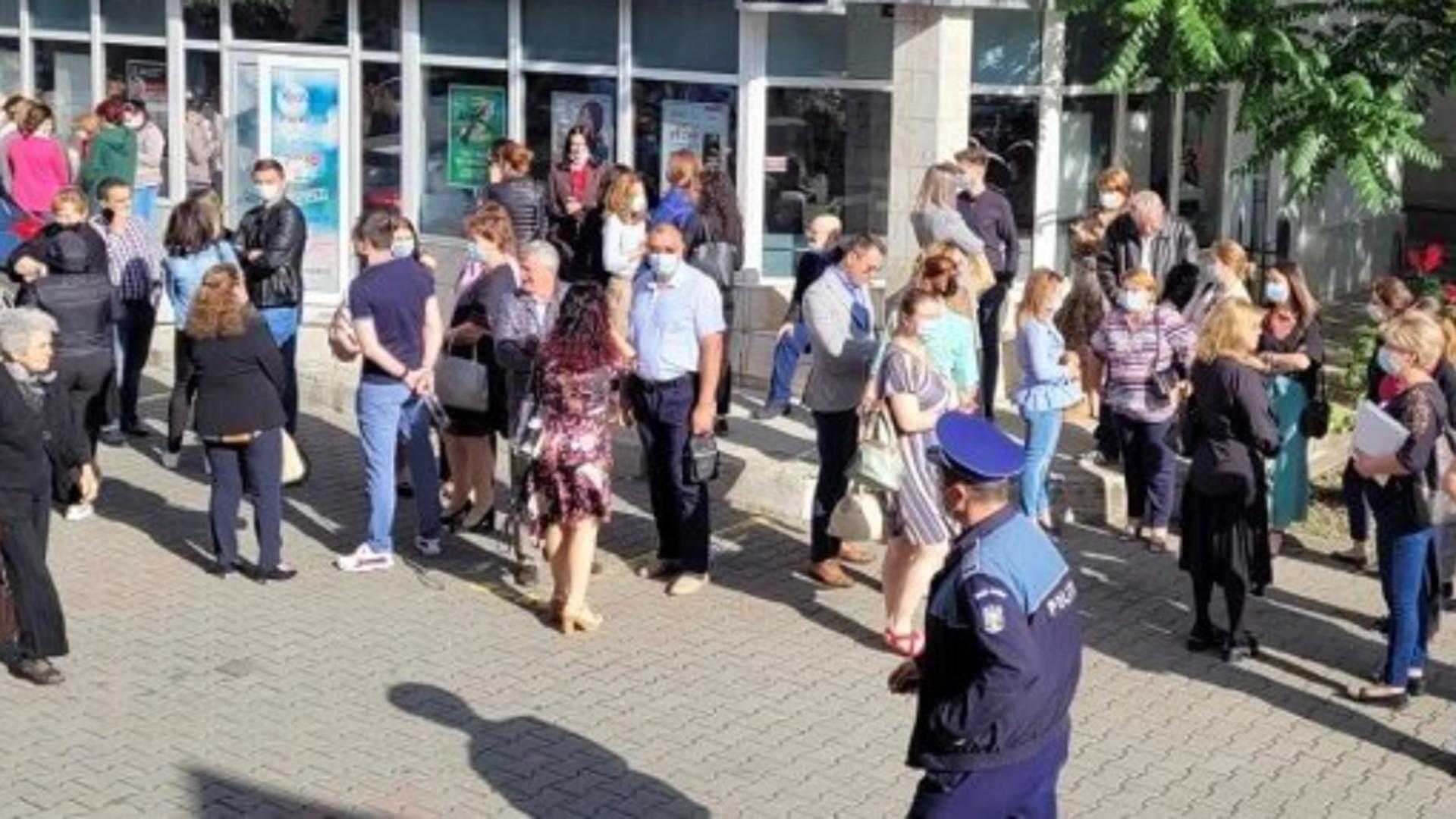 PROTEST spontan la Primăria Focșani! Angajații au ieșit în stradă pentru că nu și-au primit salariile Foto: monitoruldevrancea.ro
