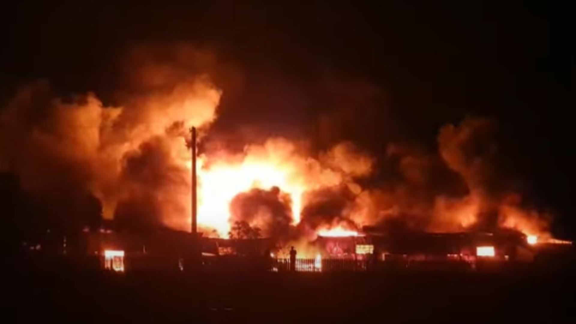 Incendiu la un depozit de mase plastice din Bârlad. Foto/Captură video