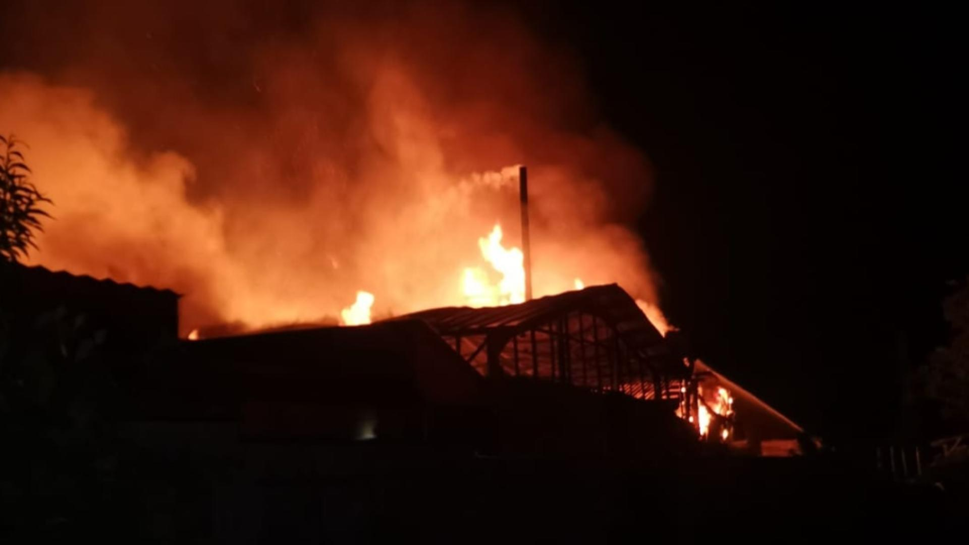 Incendiu DEVASTATOR la o fabrică de mobilă din Fântânele - Intervenția pompierilor pentru a localiza focul