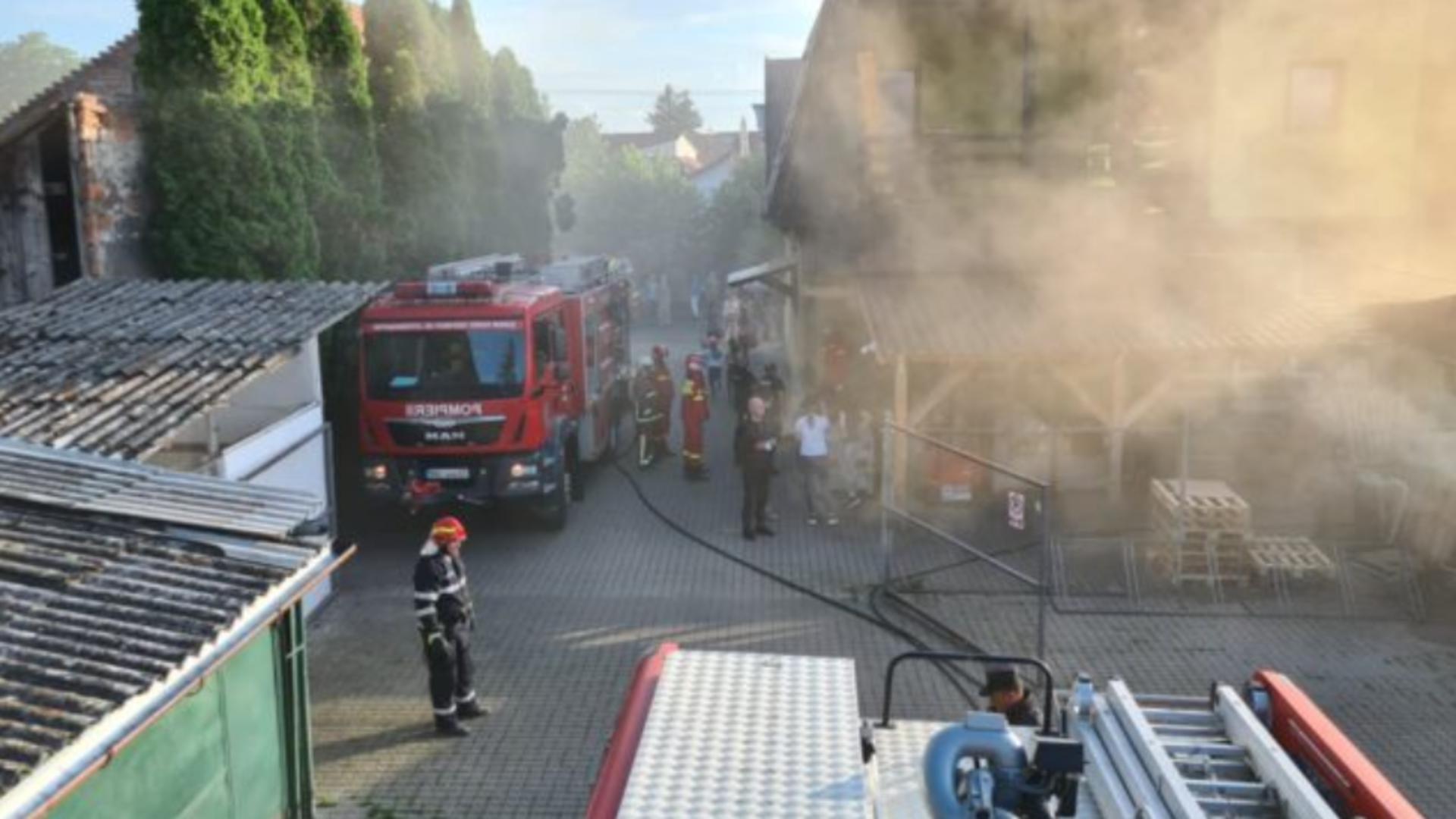 INCENDIU violent la un depozit din Târgu Mureș! 15 copii și un adult - EVACUAȚI de urgență de pompieri Foto: ISU Mureș