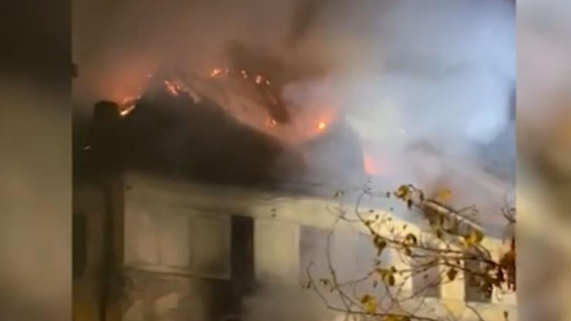 Incendiu la liceul Timpuri Noi din Capitală. Foto/Captură video