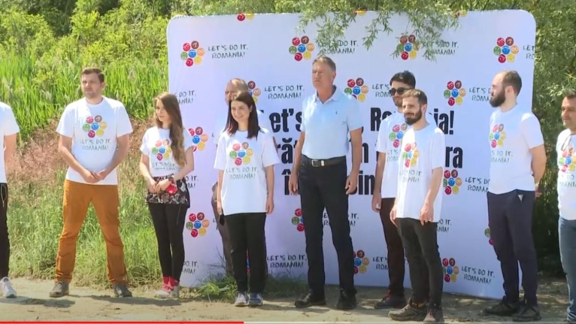 Președintele Iohannis participă la strângerea gunoaielor de pe malul râului Argeș.Foto/captură video