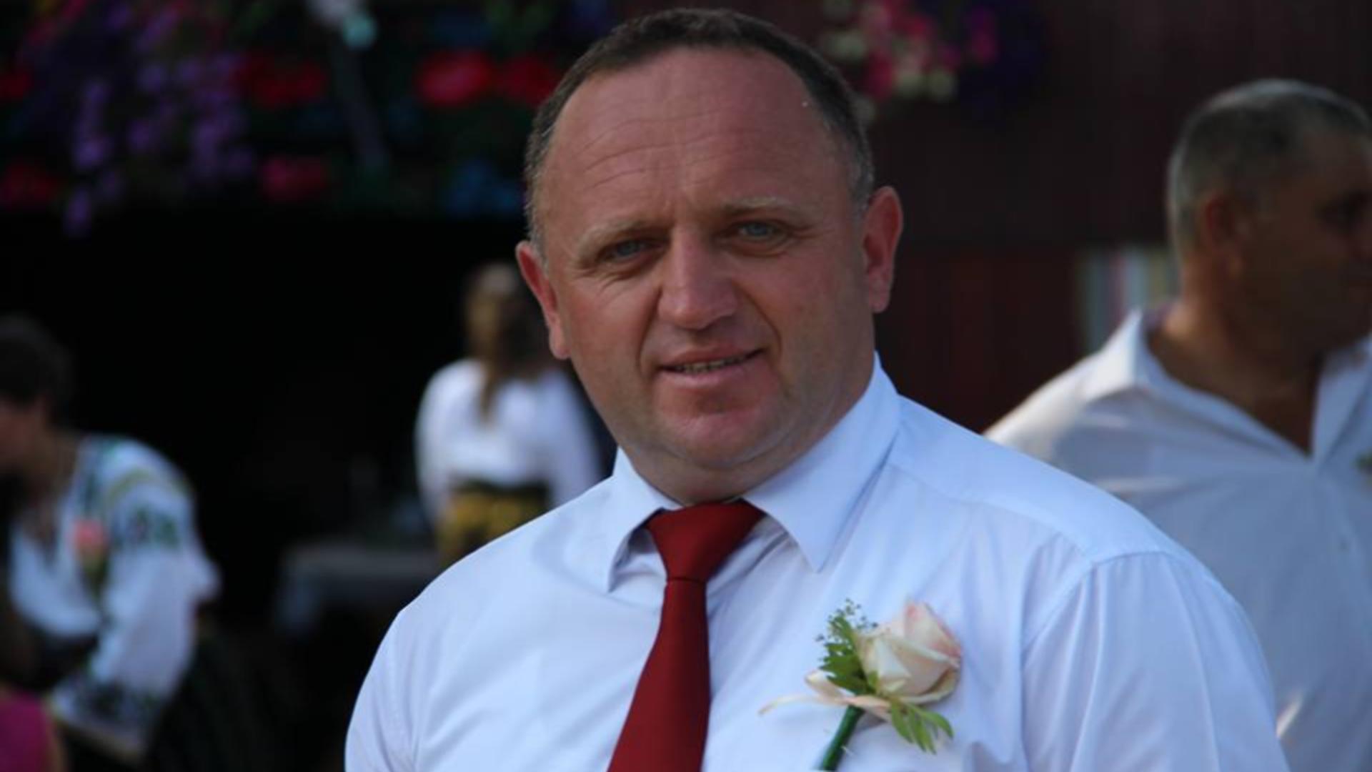 Primarul care l-a bătut pe consilier a dispărut din comună de două zile. Foto.Facebook